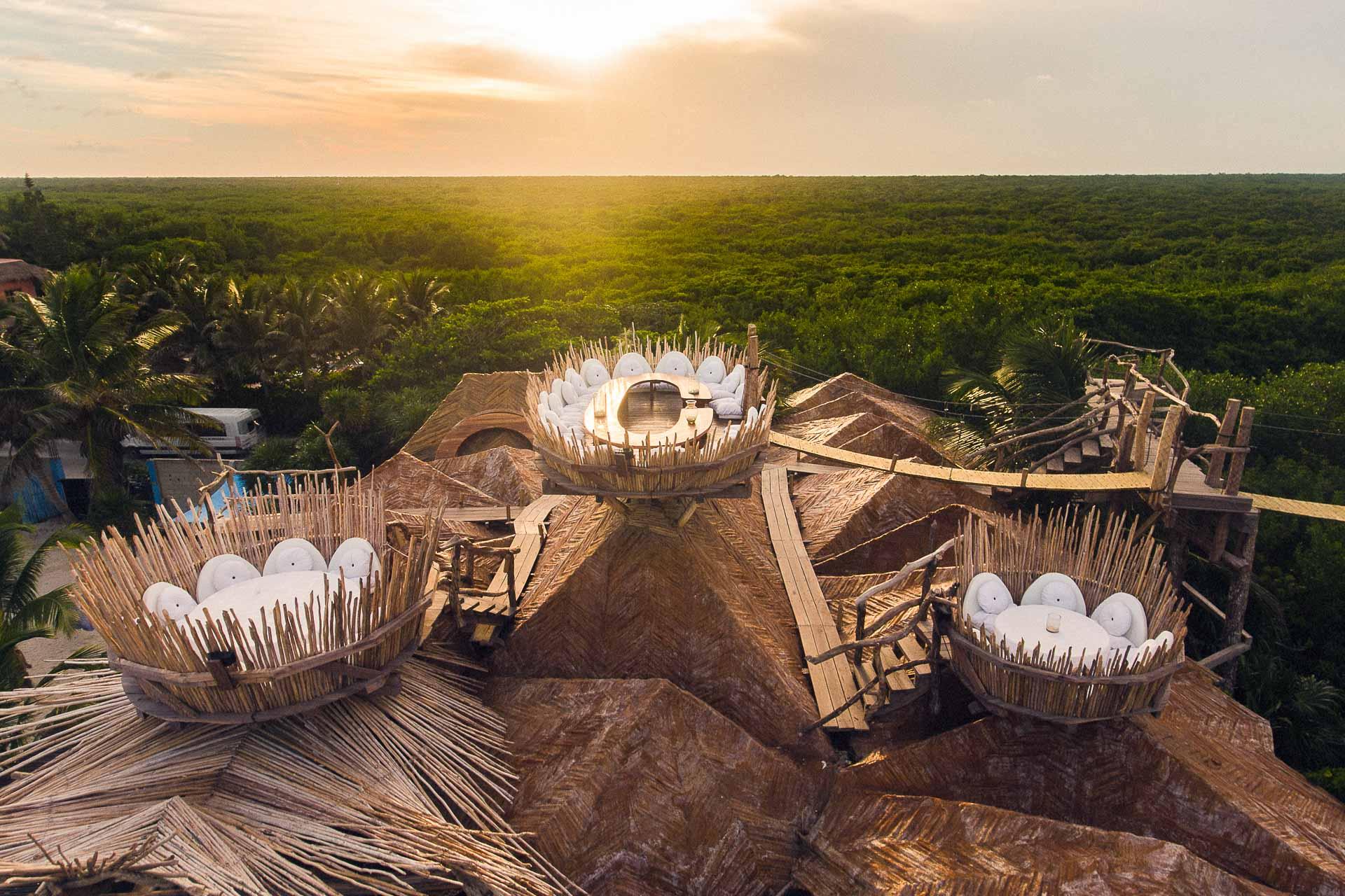 Situé à Tulum sur Riviera Maya (Yucatán, Mexique), l'hôtel Azulik propose une parenthèse hors du temps dans ses 48 villas nichées au cœur de la végétation luxuriante, entre mer des Caraïbes et jungle. Une