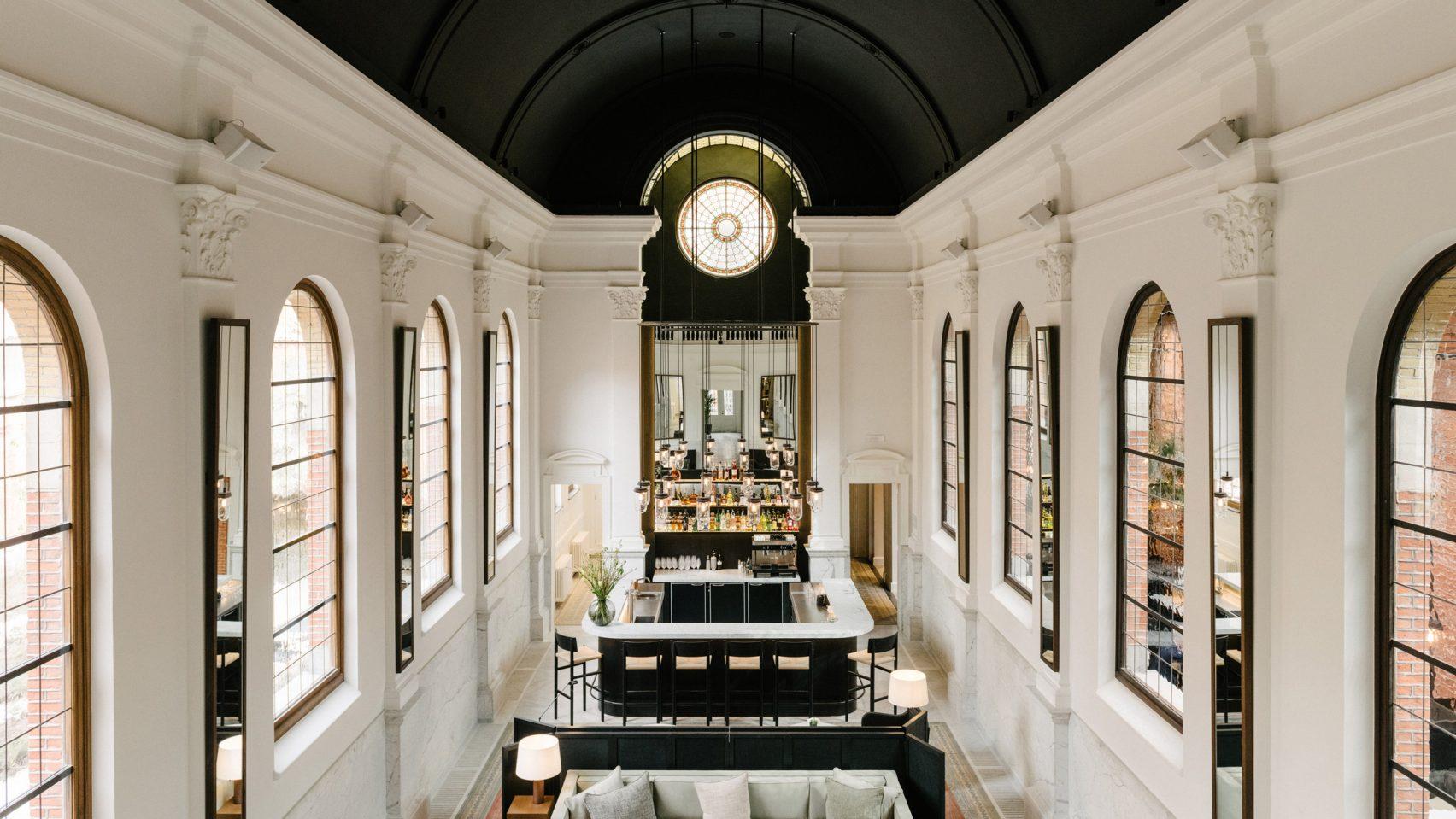 Destination tendance en Flandre, Anvers accueille l'ouverture d'August, un boutique-hôtel design de 44 chambres et suites, dans un ancien couvent à deux pas du célèbre restaurant The Jane. Ce nouveau projet comprend également un bar, un restaurant, un centre de bien-être et une boutique. Découverte.