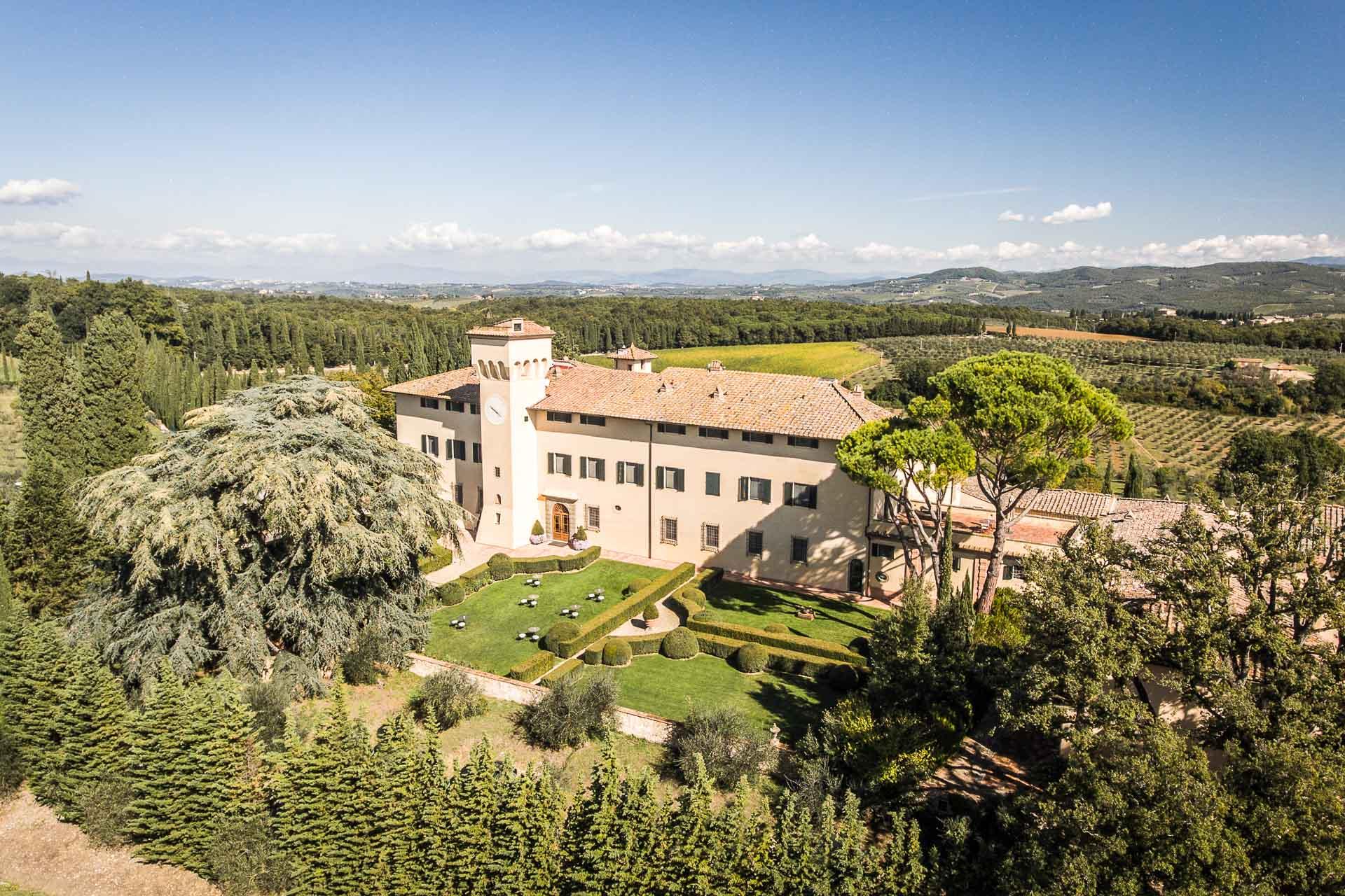 Pour ses premiers pas en Europe continentale, l'enseigne COMO Hotels & Resorts pose ses valises en Toscane. À la clé, un luxueux hôtel de 50 chambres et suites au sein d'un immense domaine de 740 hectares dans le Chianti. Les nouveaux intérieurs signés sont de la célèbre architecte et designer italienne Paola Navone.