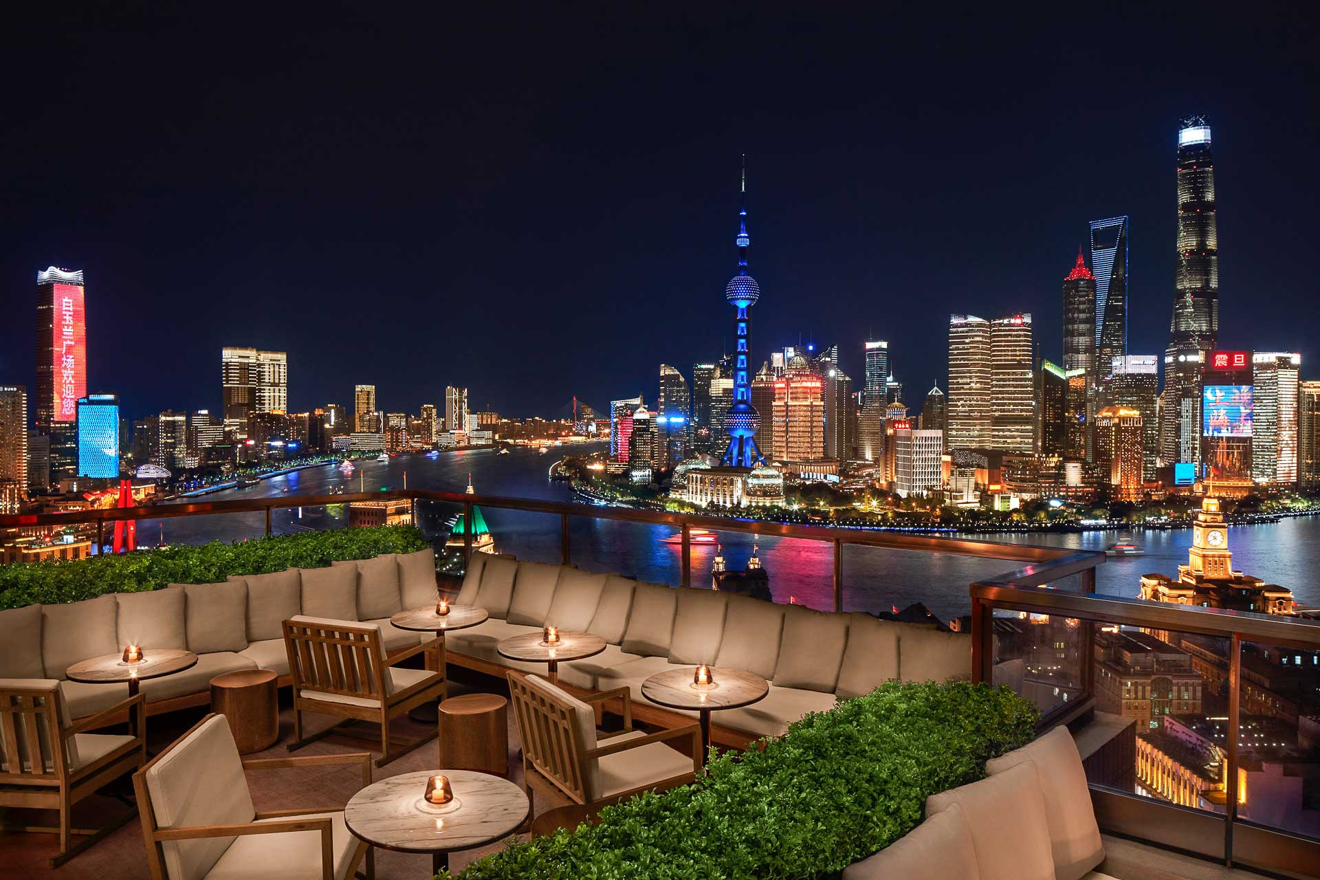 Remis à neuf et flanqué d'une tour contemporaine, l'ancien siège Art Déco de la Shanghai Power Company accueille désormais un nouvel hôtel 5-étoiles. The Shanghai EDITION, qui appartient à l'enseigne développée en exclusivité par Ian Schrager pour le groupe Marriott, a ouvert ses portes il y a quelques semaines.