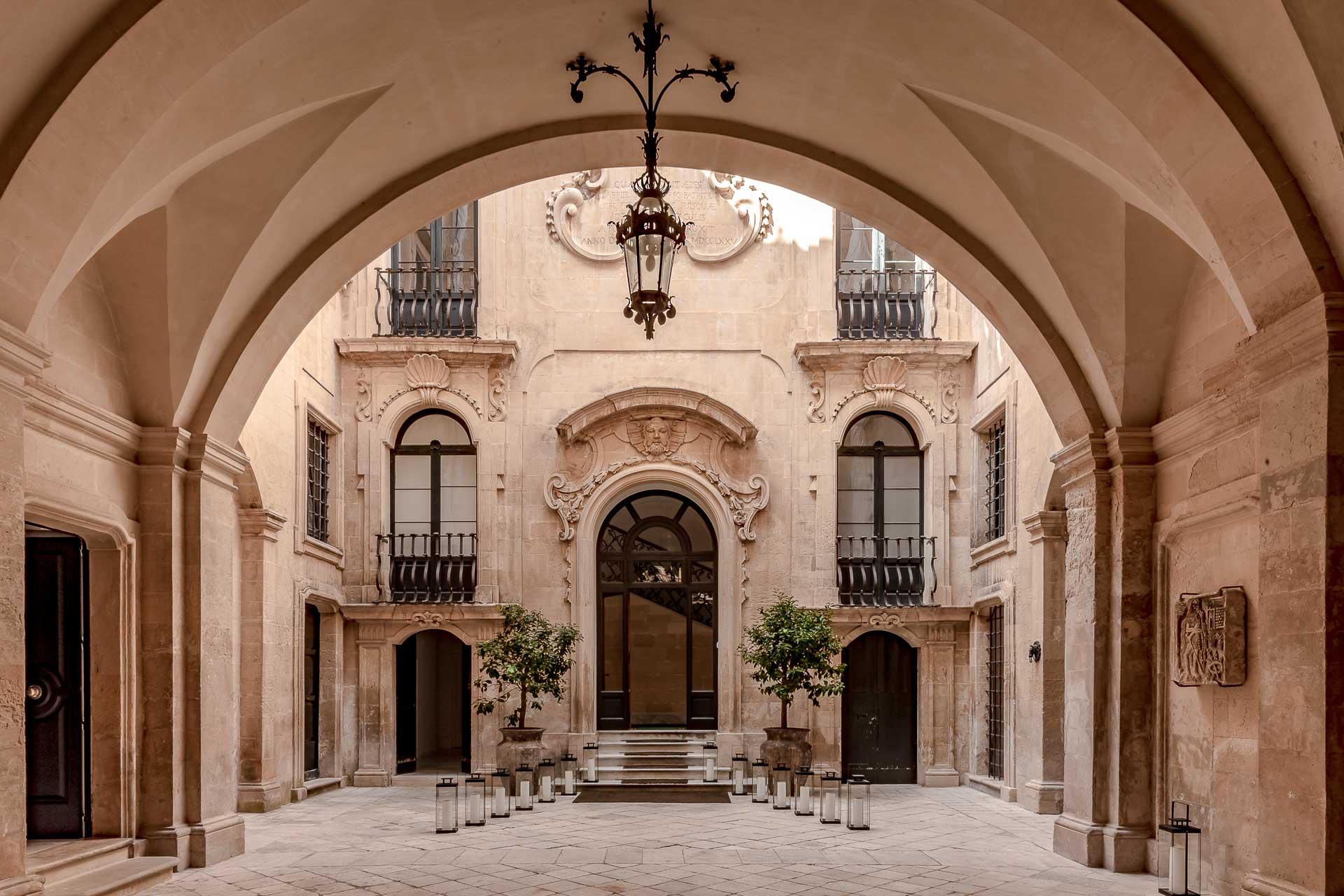 Situé dans un ancien palais baroque, plafond à ogive et mobilier design sont au programme du Palazzo Bozzi Corso à Lecce (Pouilles). Pénétrez la cour majestueuse et découvrez cette nouvelle adresse exclusive de seulement 10 clés.