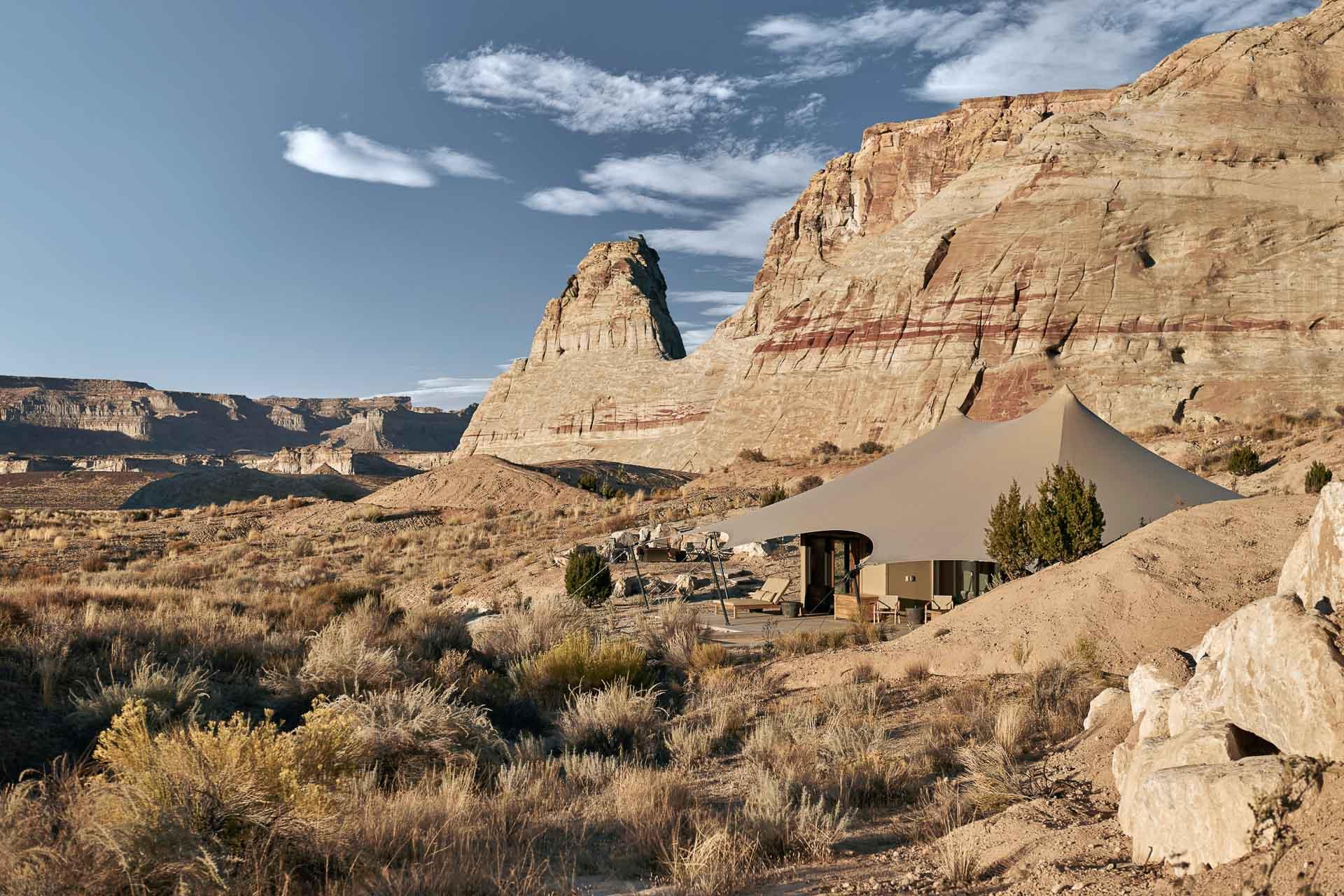 Dans le désert de l'Utah, l'iconique hôtel Amangiri vient d'inaugurer Camp Sarika. Cette extension de 10 tentes-pavillons promet une expérience « glamping » hyper exclusive au cœur des plus beaux paysages de l'Ouest américain. Découverte en images.