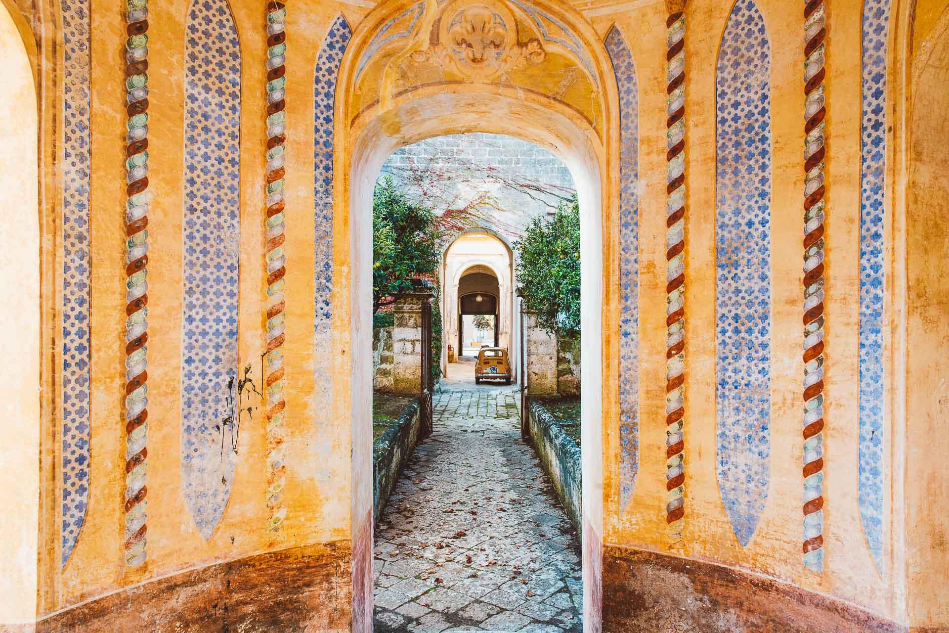 Dans la très courue région des Pouilles se cache dans un village hors des sentiers battus, le Palazzo Daniele, un palais néoclassique entièrement remis à neuf dans un style contemporain et luxueux, où vivre la Grande Bellezza au soleil.