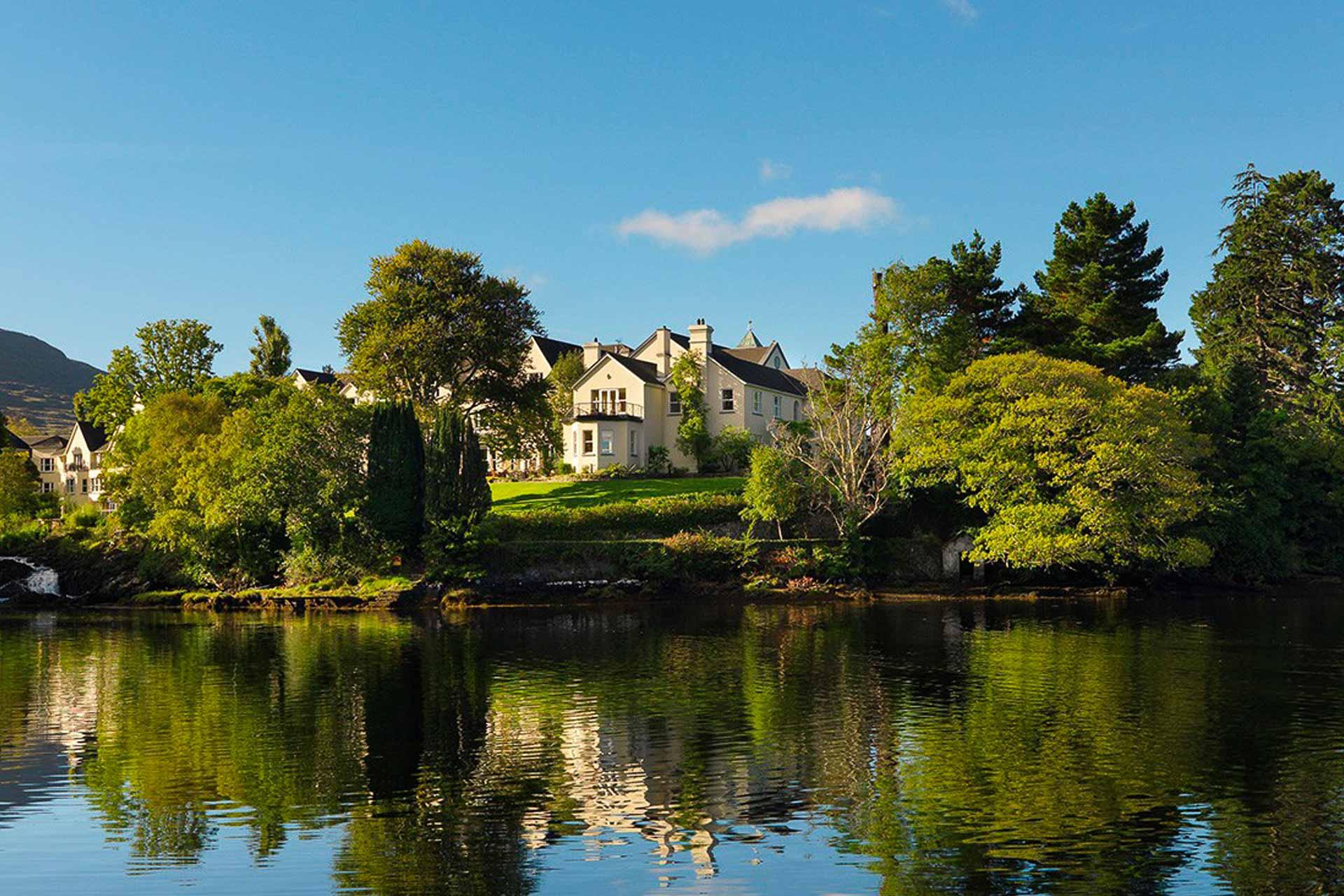 Au Sheen Falls Lodge, dans le comté de Kerry, calme et élégance sont au rendez-vous. L'adresse estampillée Relais & Châteaux offre un cadre exceptionnel dans le sud-ouest sauvage de l'Irlande. Montagnes, lacs, rivières et folklore, laissez-vous glisser dans un univers enchanteur.