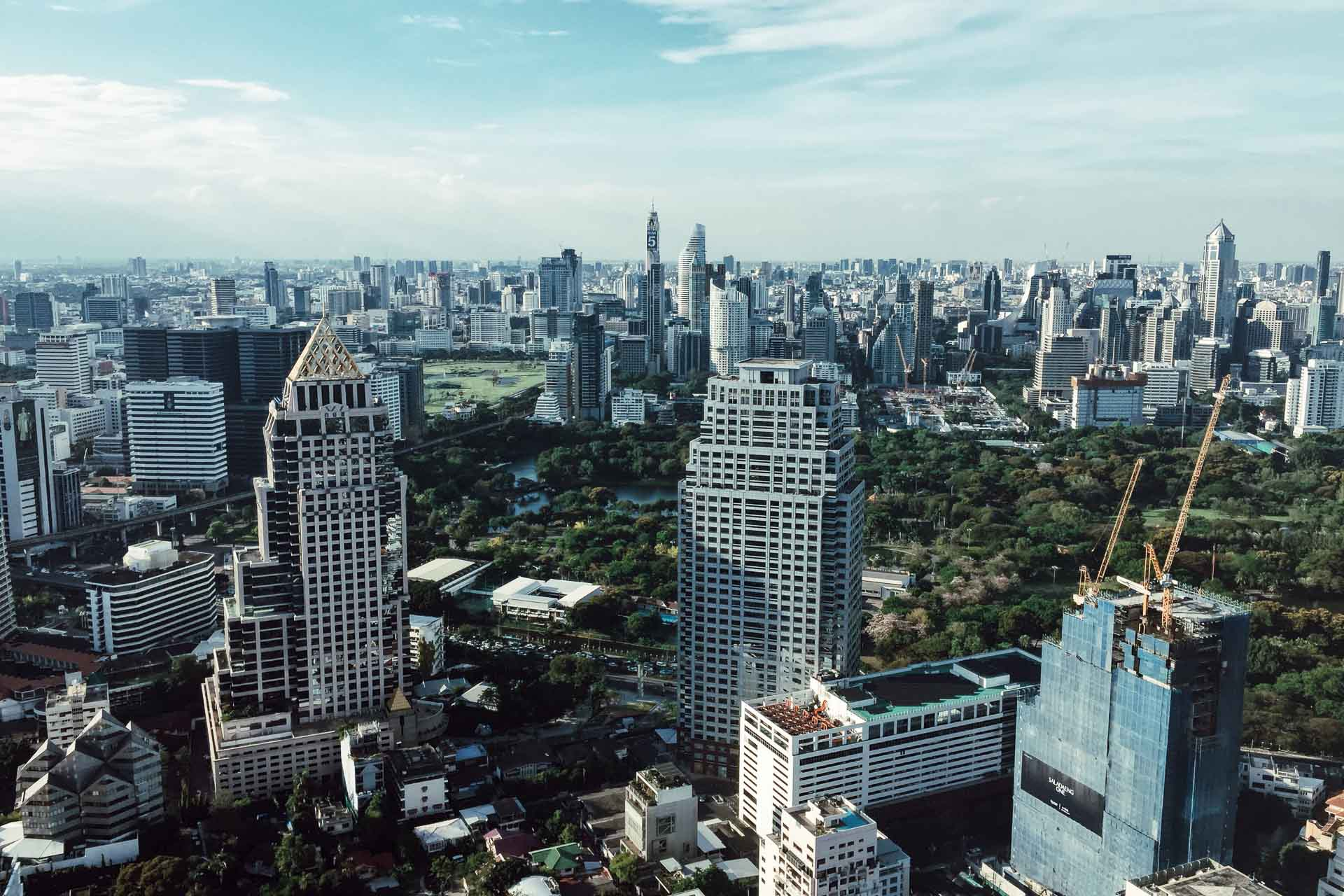 Vastes resorts au bord du fleuve Chao Praya ou boutique-hôtels contemporains, rooftops avec vues à 360° sur la ville ou speakeasies stylés, marchés, temples et street food, on vous livre nos dernières meilleures adresses à Bangkok.