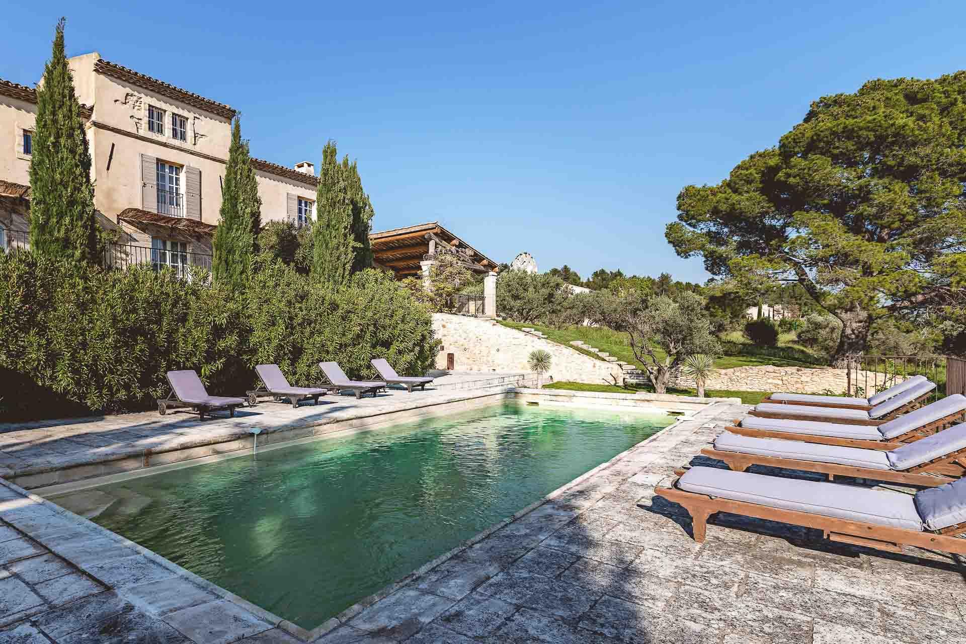 Adossé aux collines où chantent les cigales, et à deux pas de l'un des plus charmants villages de France, les Baux-de-Provence, le Hameau des Baux est une oasis de verdure où l'on est reçu en ami. Découverte d'une adresse .