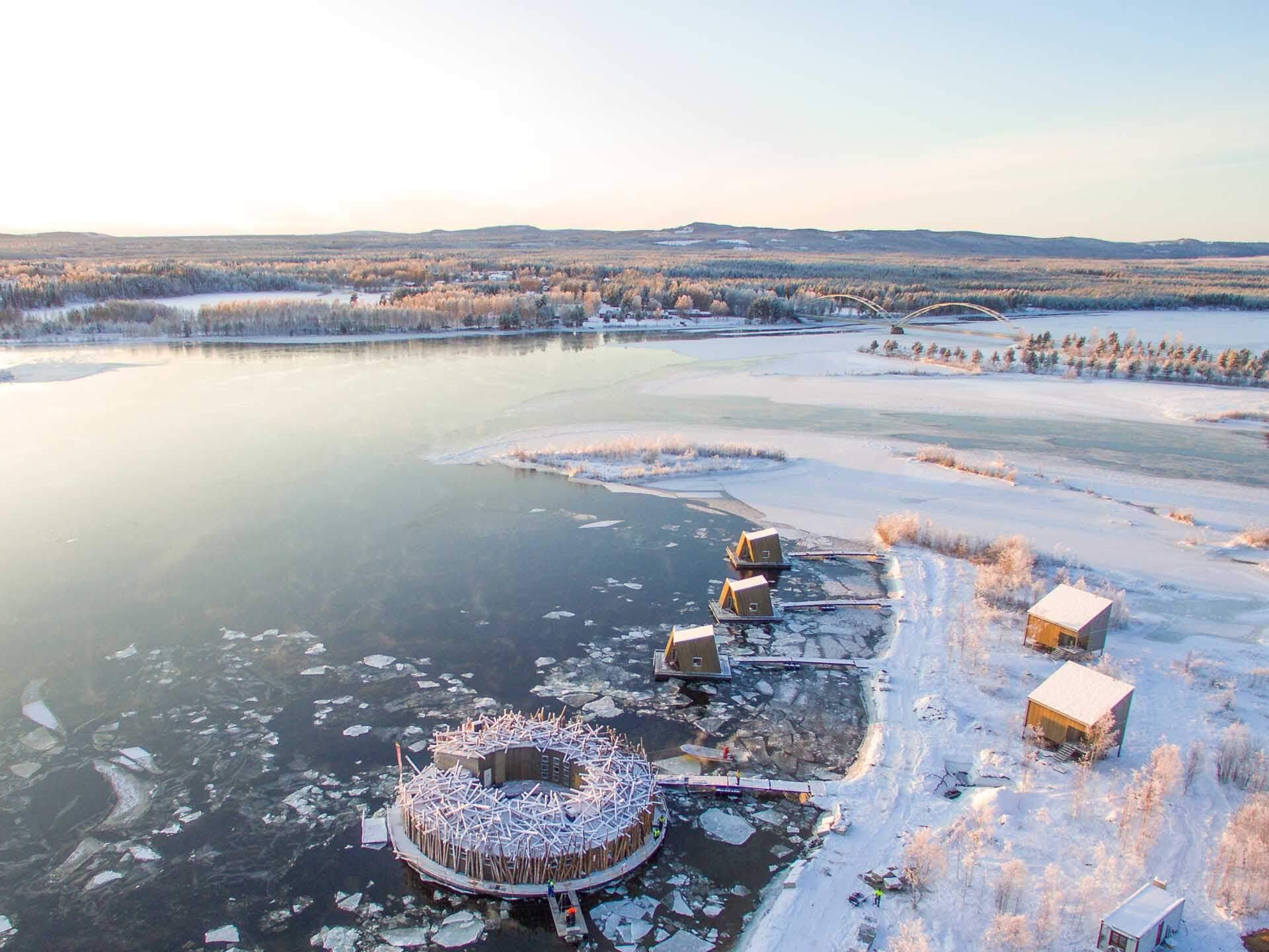 Le long du cercle polaire arctique, l'hôtel Arctic Bath en Laponie suédoise a ouvert ses portes l'hiver dernier. Lodges flottants, sauna, bains glacés et gastronomie arctique sont au programme de cette retraite hors du monde.