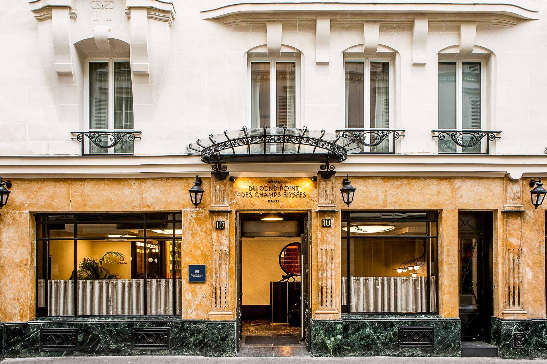 À deux pas de l'effervescence de la plus célèbre avenue parisienne, l'Hôtel du Rond-Point des Champs-Élysées s'impose comme un précieux havre de paix, déployant de belles chambres avec vue sur Paris, un décor léché et une jolie piscine intérieure. Visite guidée.