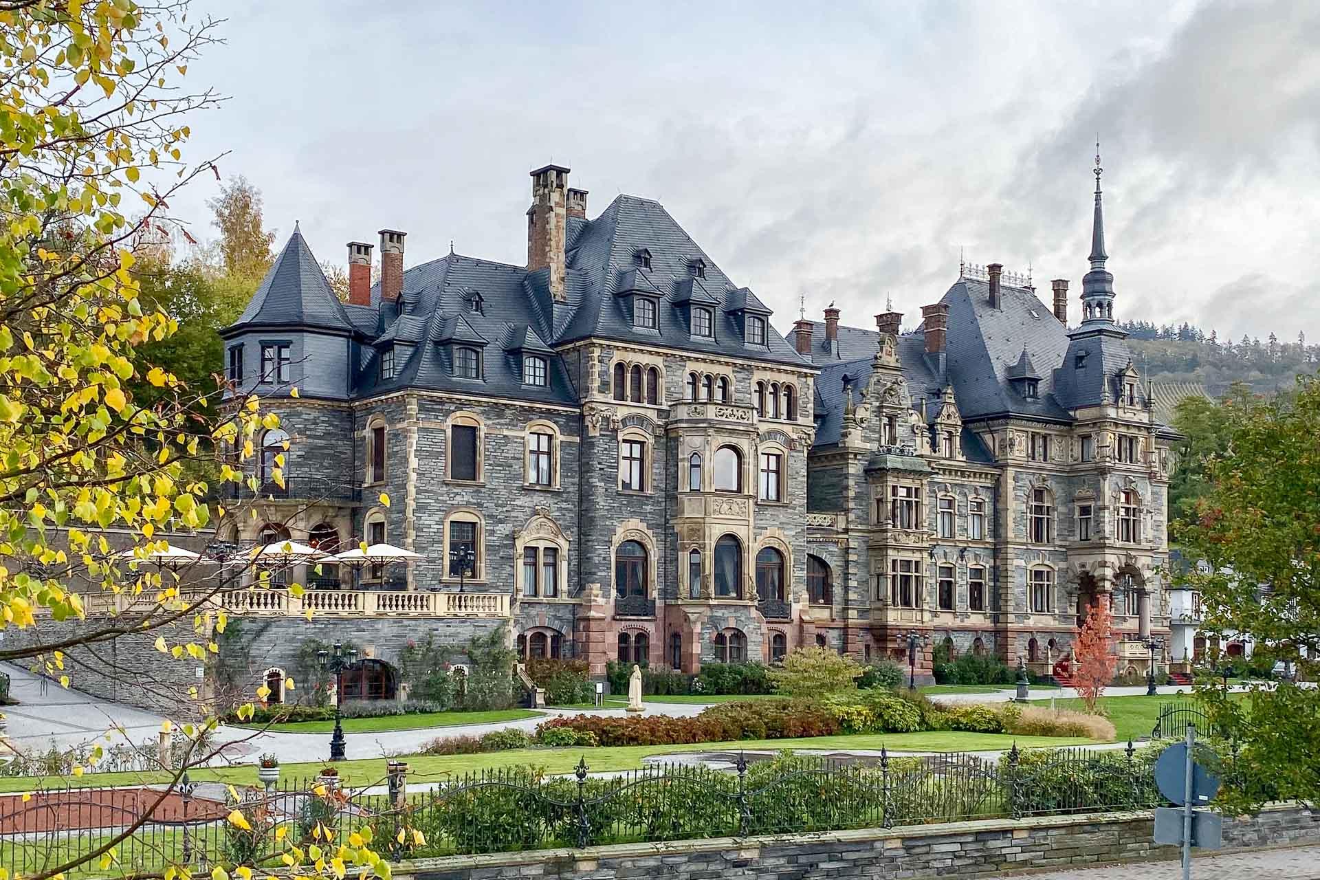 Le luxueux hôtel Schloss Lieser rouvre ses portes en Allemagne au cœur de la région de Moselle, dans un château du XIXème siècle. 50 chambres et suites avec vue, un restaurant, une bibliothèque et un spa digne des plus grands hôtels surplombent cette région pittoresque et ses vignobles.