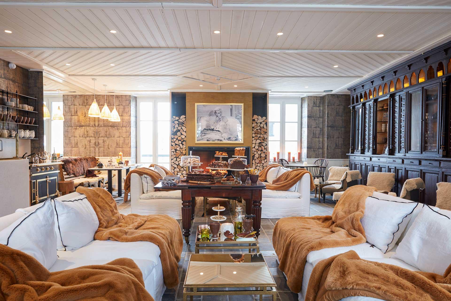 Inauguré en 1901, bien avant que Megève ne s'impose comme la station la plus chic de Savoie, le Grand Hôtel du Soleil d'Or renaît sous la forme d'un splendide boutique-hôtel à l'entrée du village. 16 chambres et suites, 3 chalets indépendants, un restaurant signé de la cheffe Flora Mikula et une