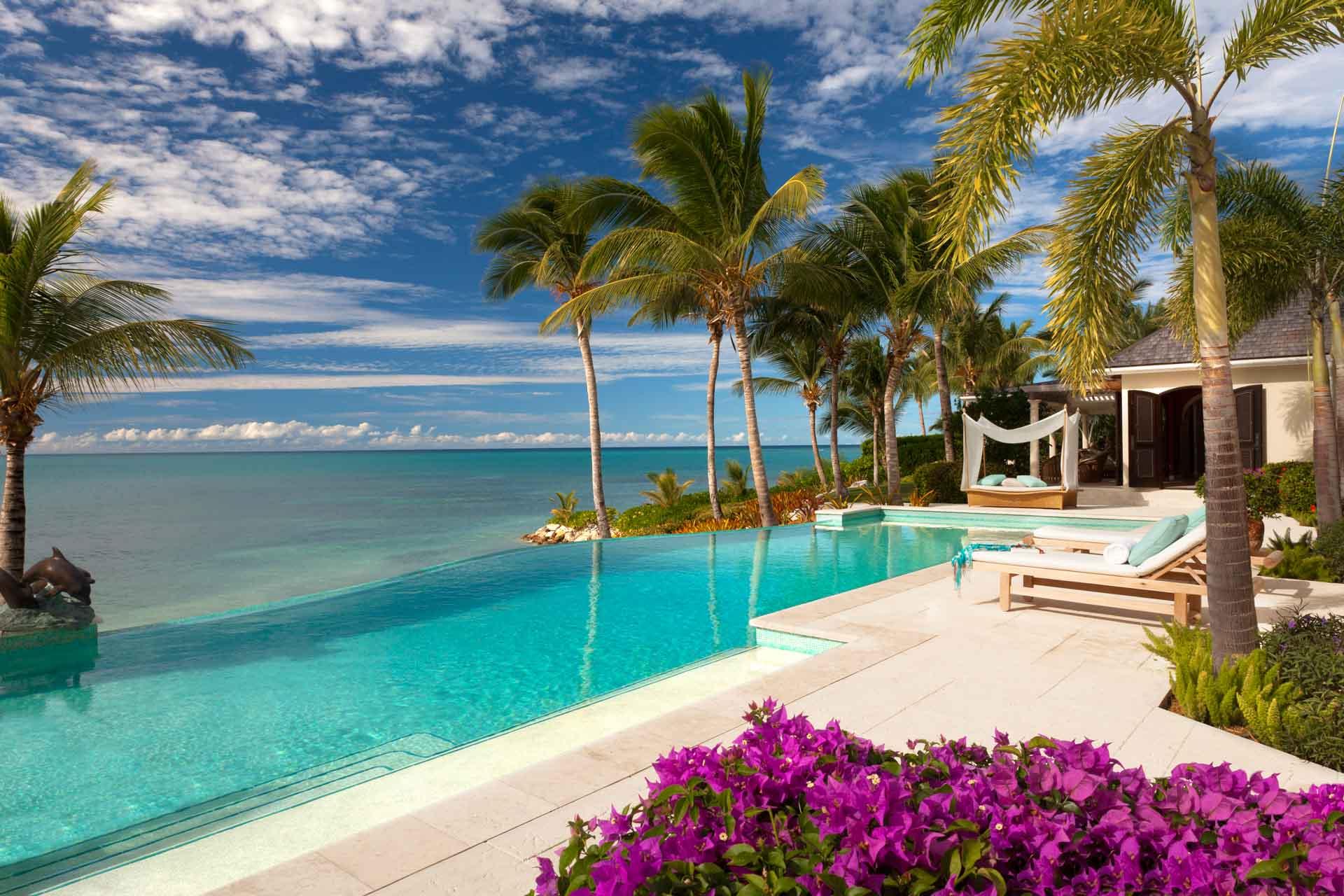 Au large de l'île antillaise d'Antigua, l'île privée Jumby Bay Island a rouvert le 7 novembre. Activités nautiques, gastronomie, environnement préservé et engagement durable font de ce refuge exclusif une destination absolument paradisiaque.