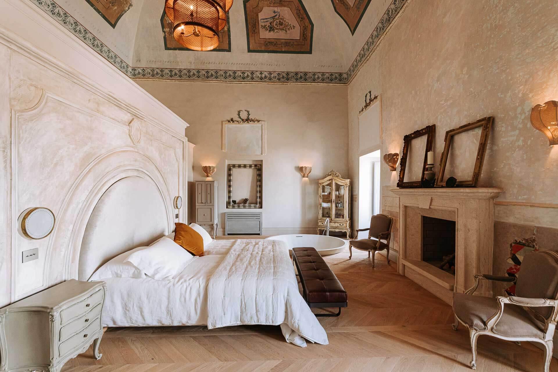 Le Paragon 700, boutique-hôtel de luxe dans les Pouilles, ouvre ses portes au cœur du village blanc d'Ostuni. Un écrin chic et contemporain de seulement 11 chambres et suites dans un édifice historique entièrement rénové.