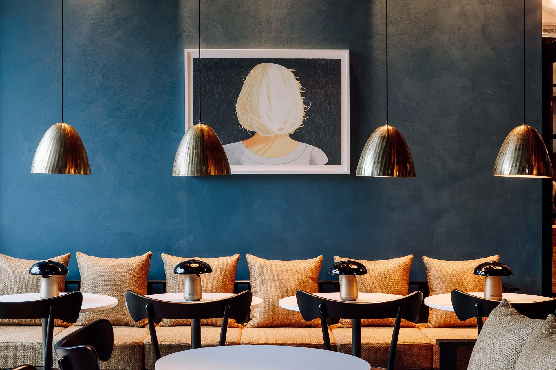 Il y a quelques semaines, l'Amerikalinjen ouvrait ses portes à Oslo, promettant de chambouler la scène hôtelière de la capitale norvégienne. Dans un bâtiment historique à deux pas de l'Opéra, ce grand boutique-hôtel (122 clés) au luxe sophistiqué s'impose de fait comme l'une des adresses les plus tendances de la ville. La visite en images.