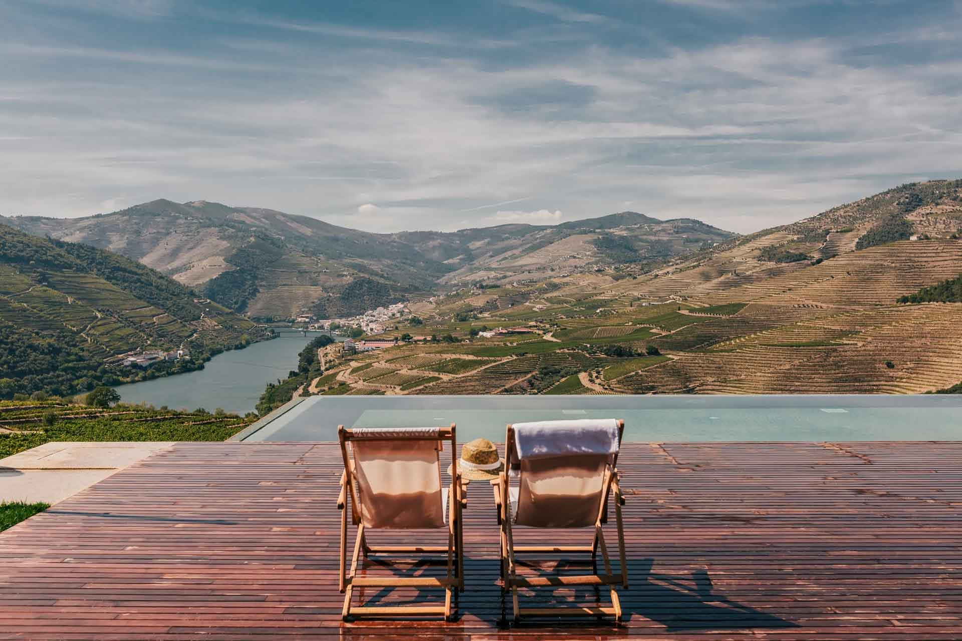 Perché sur les hauteurs de la Haute Vallée du Douro au Portugal,  Ventozelo Hotel & Quinta est un hôtel rural et une ferme où découvrir la production de porto et de vin du Douro, dans un écrin de luxe minimaliste.