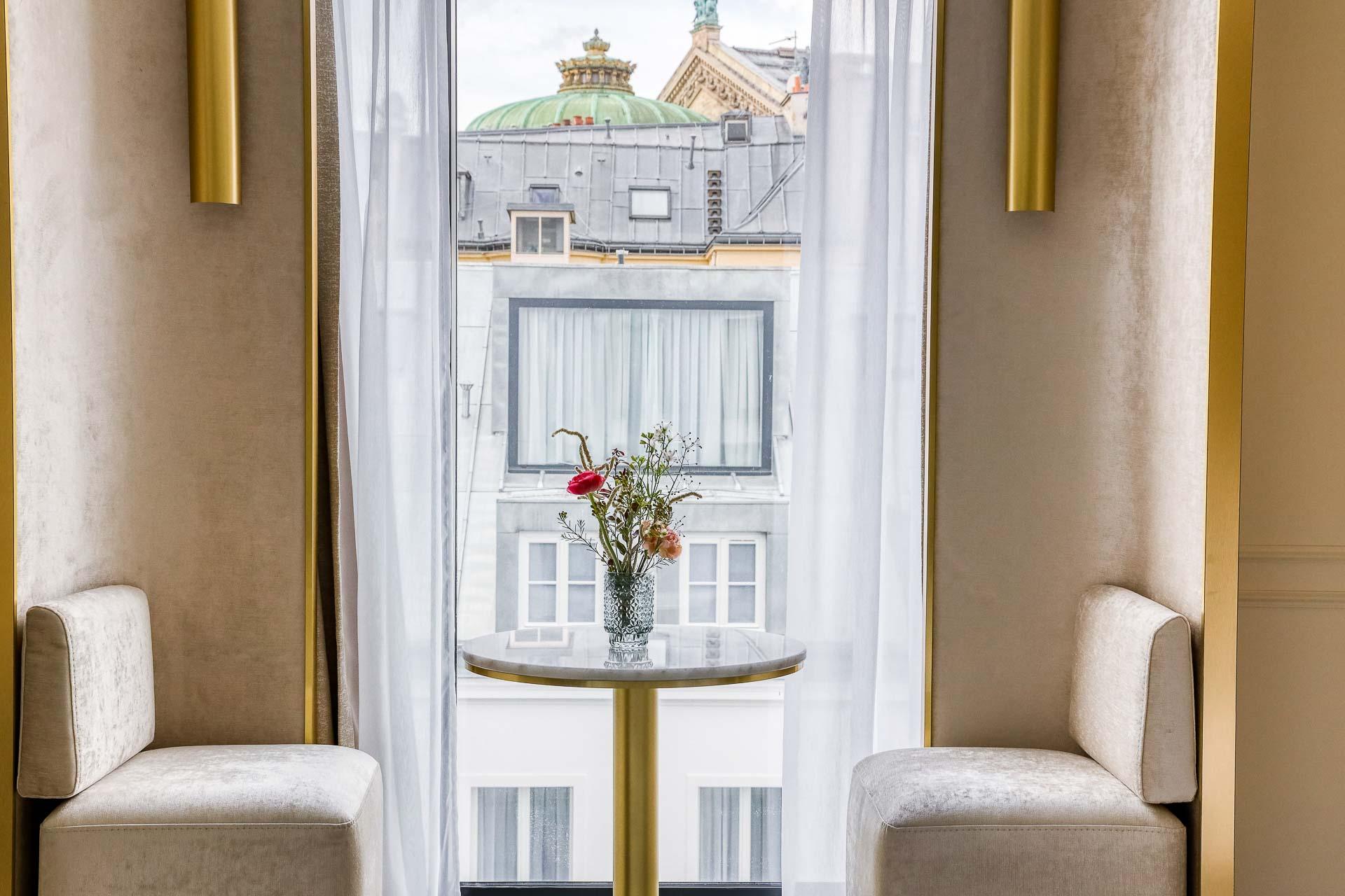 À deux pas de l'Opéra, Le Vendome st le dernier-né des boutique-hôtels Maison Albar. Au programme de cette adresse 5-étoiles de 51 clés, parmi les plus complètes du quartier : charmante terrasse végétalisée dans le patio, piscine intérieure, spa Carita ou suites avec terrasses et vue sur le Palais Garnier.