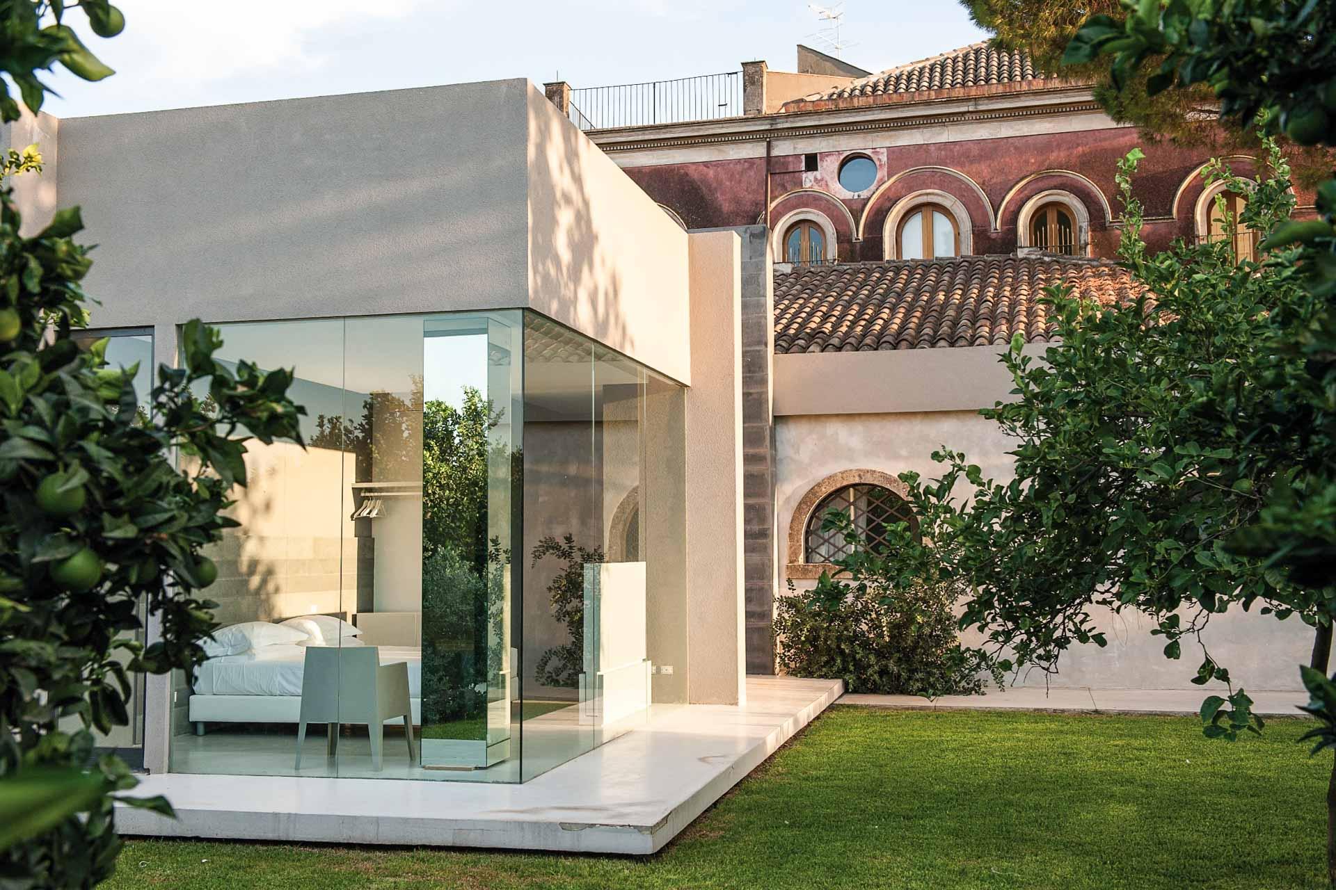 Boutique-hôtels ou établissements de luxe historiques, nous avons sélectionné 20 des meilleurs hôtels de Sicile, de Taormina à Palerme en passant par les villes baroques de l'île, les contreforts de l'Etna ou les Îles Éoliennes. À découvrir d'urgence ici.