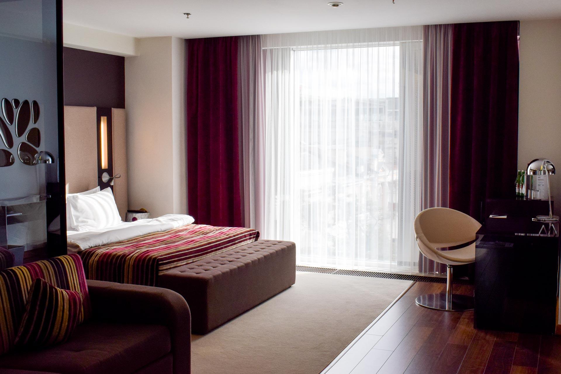 Seulement 49 chambres et suites, un décor léché et un service 5-étoiles en plein centre de Kiev, 11 Mirrors Design Hotel s'impose sans peine comme le boutique-hôtel le plus en vue de Kiev, la capitale ukrainienne. Visite guidée.