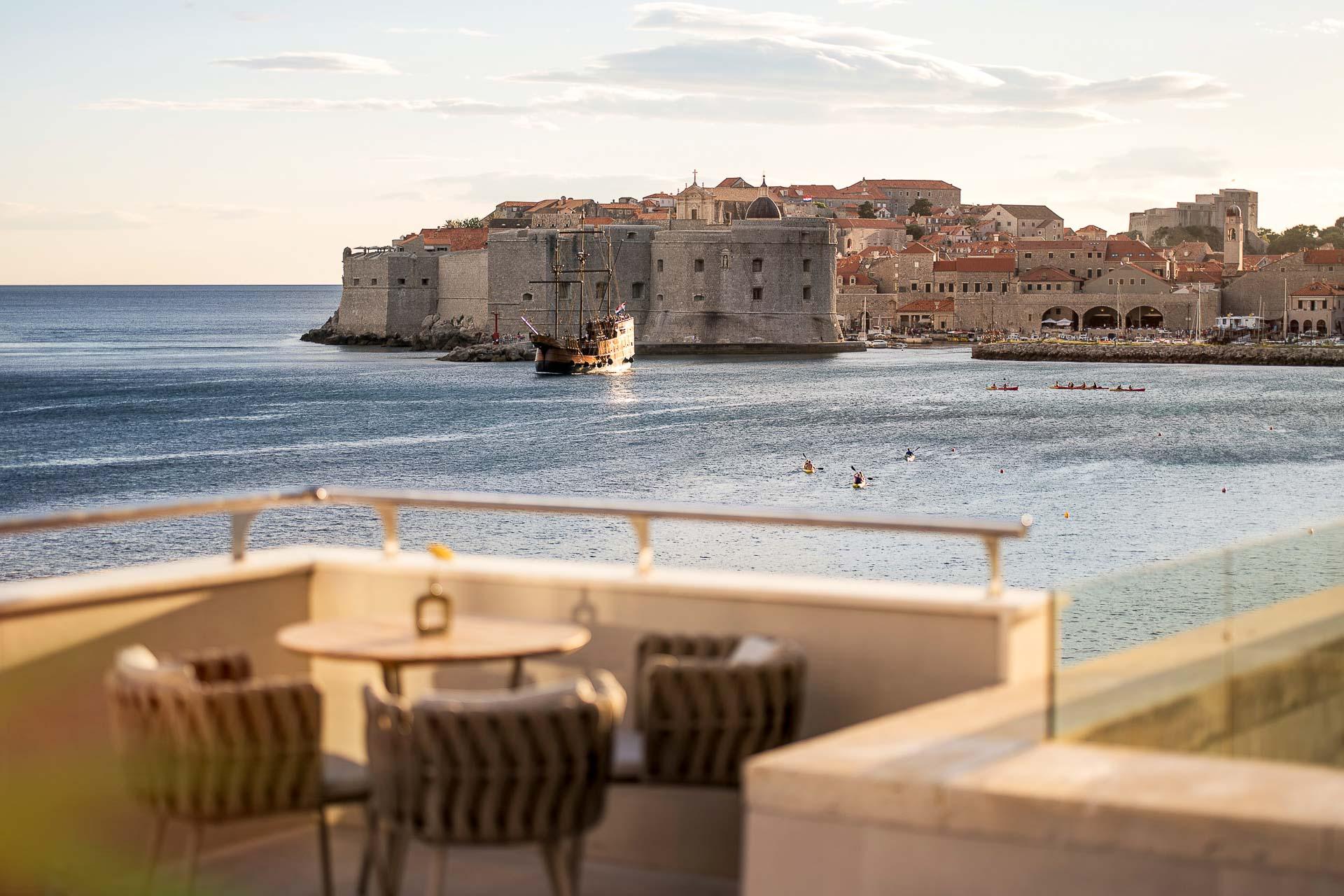 Surnommée  la « perle de l'Adriatique », Dubrovnik s'est imposée comme l'une des destinations les plus en vue de la côte dalmate en Croatie. Pour profiter au maximum de cette cité historique, découvrez ses meilleures adresses : hôtels, restaurants, bars, sites à visiter et idées d'escapade pour échapper à la foule avec style.