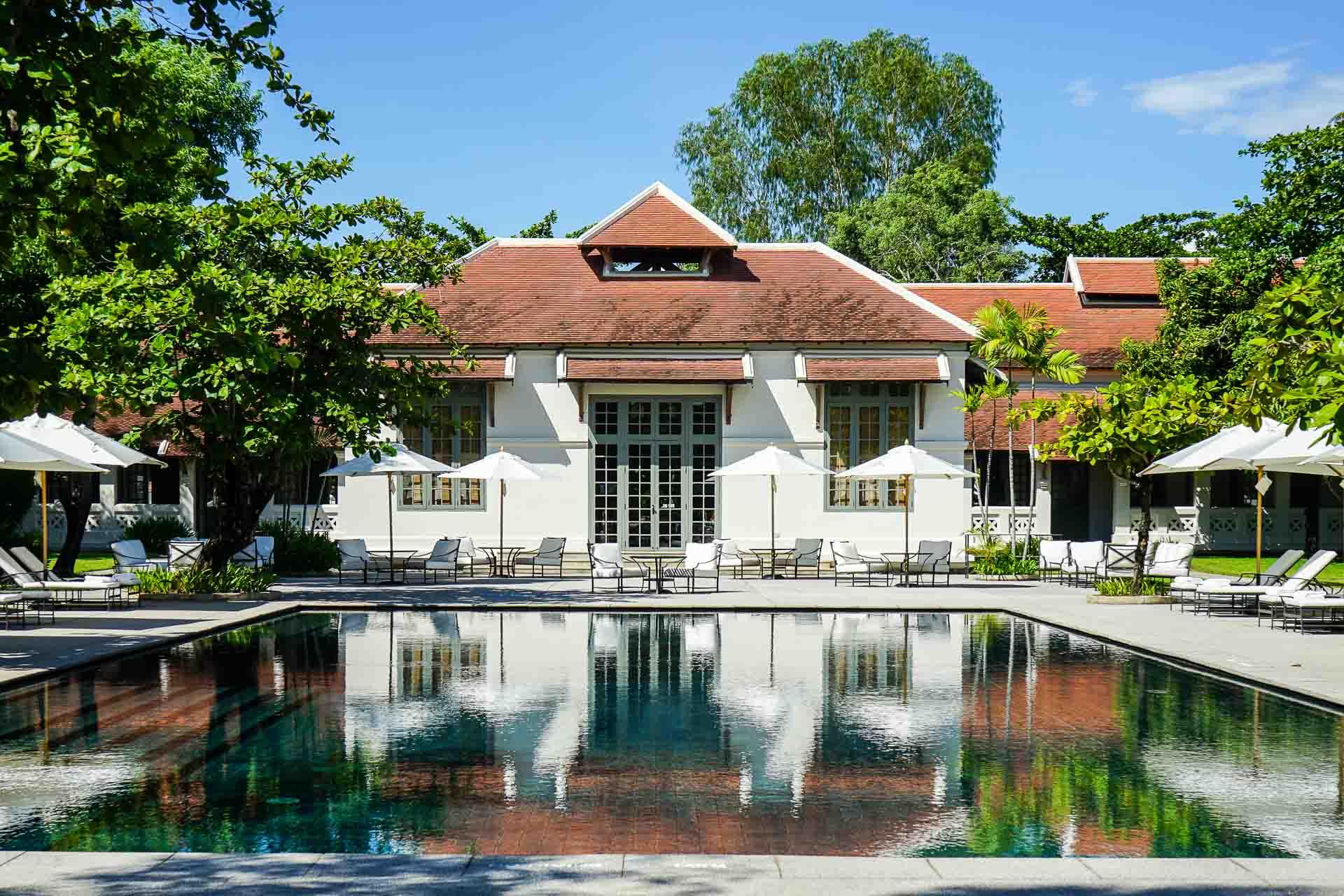 En transformant un ancien hôpital colonial inscrit au Patrimoine mondial de l'UNESCO en sublime hôtel de luxe, Aman a fait d'Amantaka, son unique propriété laotienne, la plus belle adresse de Luang Prabang. Coup de cœur absolu.
