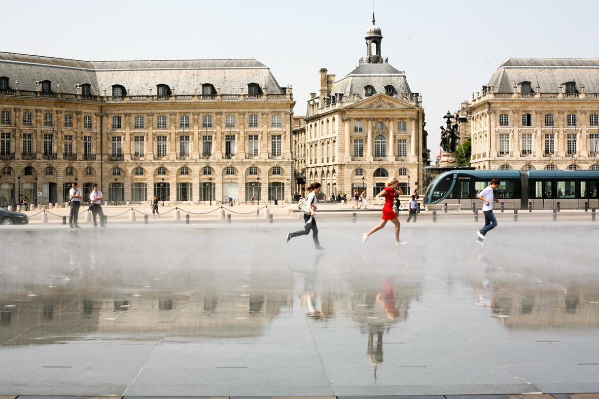 Bordeaux, destination touristique de classe mondiale ? Sans aucun doute ! Pour la découvrir, nous vous offrons une sélection du meilleur des adresses et expériences de la ville et de ses vignobles pour un city break chic et épicurien.