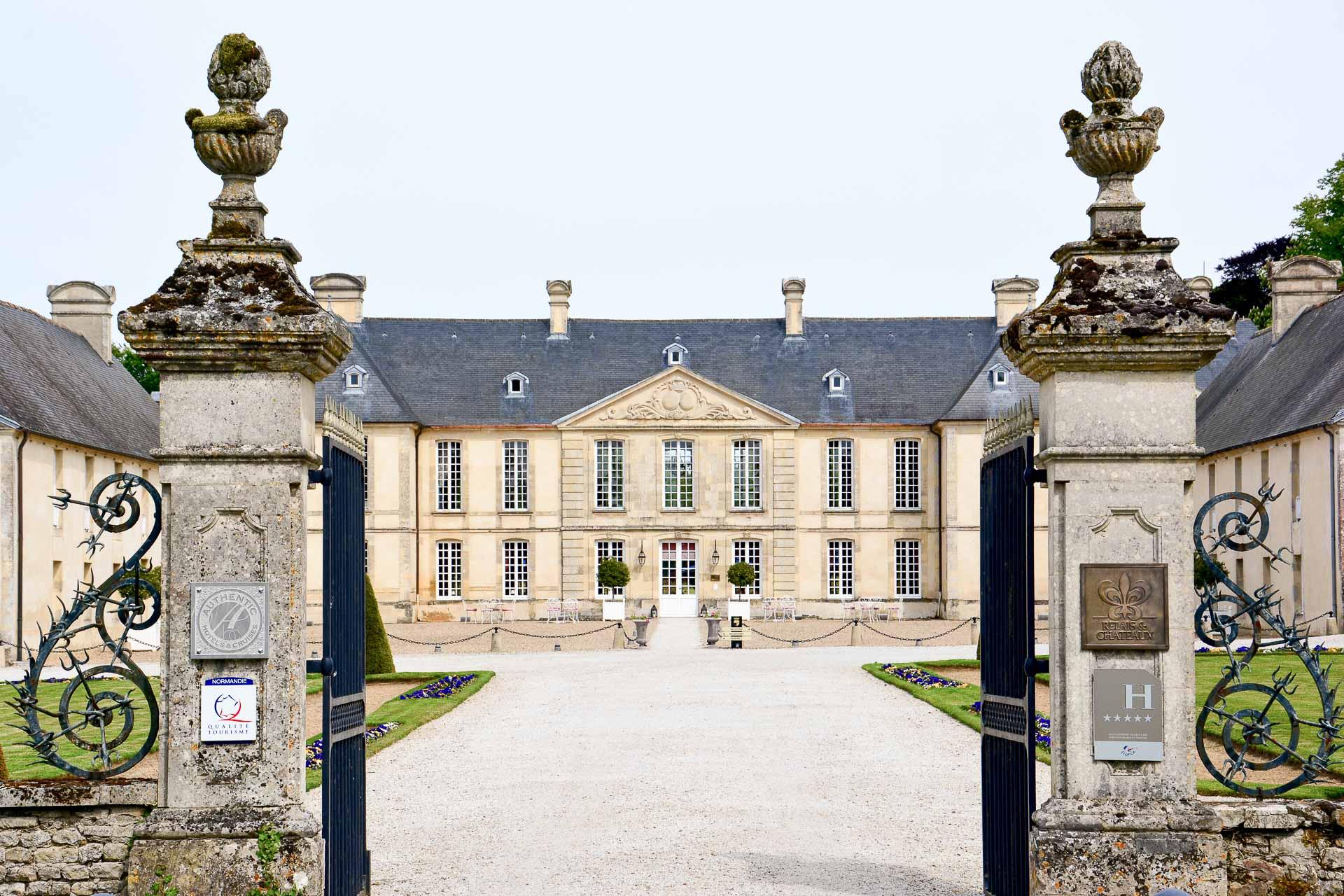 Entièrement rénové, le Château d'Audrieu, bâtisse historique du XVIIIème, dévoile de nouveaux intérieurs luxueux. Cet hôtel 5-étoiles, membre des Relais & Châteaux et de la naissante 2L Collection, est le point de chute idéal pour découvrir les plages du Débarquement, à mi-chemin entre Caen et Bayeux.