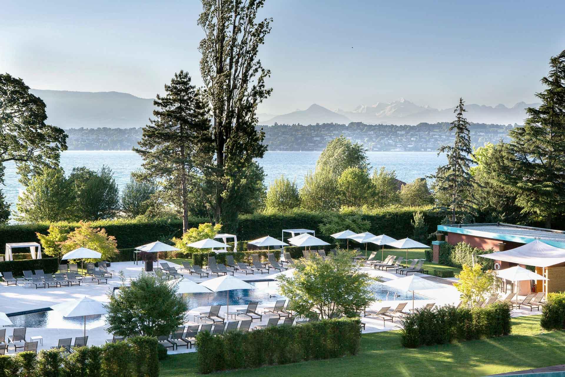 Posé au bord du Lac Léman, à quelques kilomètres de la ville, La Réserve Genève jouit d'un environnement préservé et enchanteur. L'offre d'activités et de services en fait le paradis des hédonistes et les Genevois accourent profiter de cette maison au style unique imaginée par Michel Reybier.
