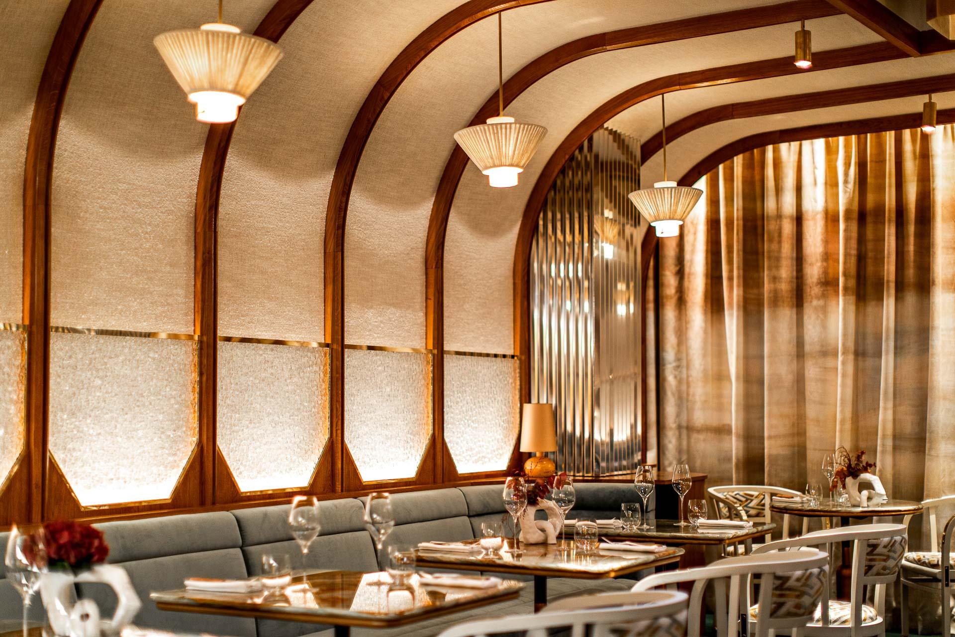 Le 9 octobre, Stéphanie Le Quellec ouvrait La Scène au 32 avenue Matignon, seulement sept mois après son départ du Prince de Galles. Un nouveau départ pour la cheffe doublement étoilée qui révèle un lieu hybride : restaurant gastronomique mais pas uniquement. Découverte.