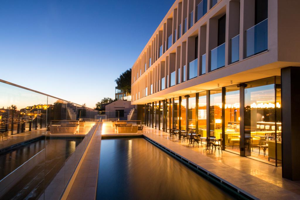 Au cœur de l'un des quartiers les plus tendances de Lisbonne, le tout nouveau Memmo Príncipe Real, établissement estampillé Design Hotels'™, offre intimisme, luxe et décor contemporain. Sans oublier une piscine avec vue.
