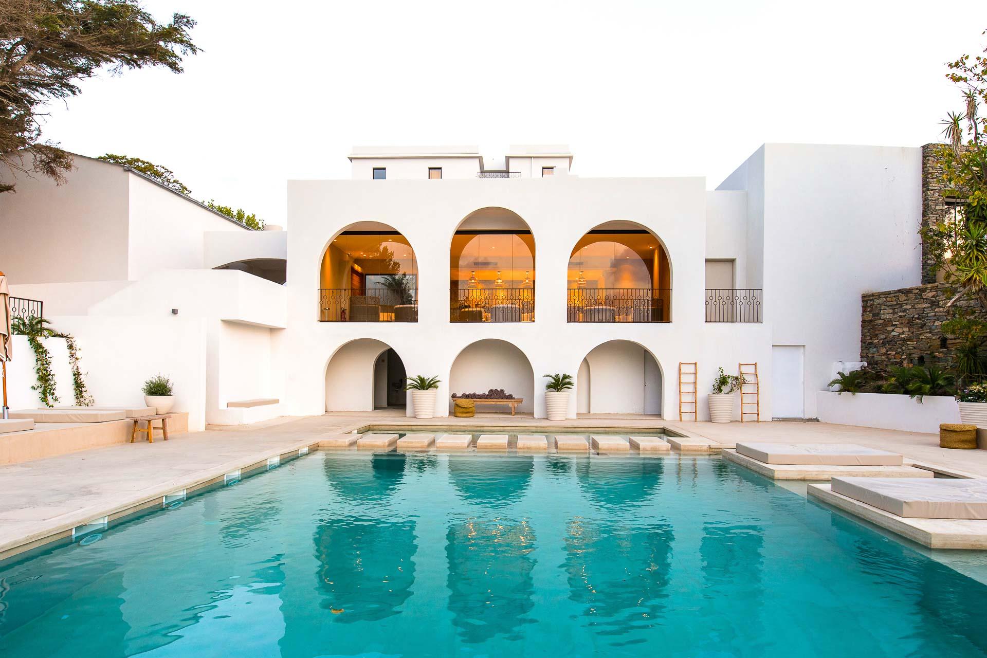 Ouvert discrètement sur les splendides rives du Cap Corse, le boutique-hôtel 5-étoiles Misincu fête cet été son premier anniversaire. 28 hectares nichés au bord de la mer pour seulement 32 chambres et 5 villas, l'établissement joue la carte de l'exclusivité. Visite en images.