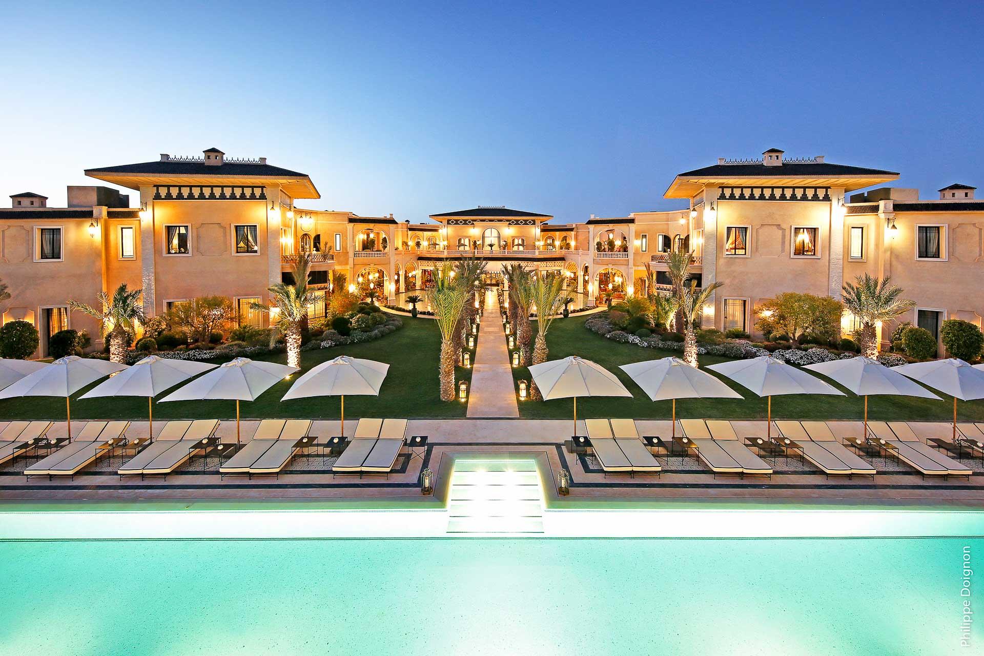 Le Palais Ronsard a ouvert ses portes en mars 2019, au cœur d'un lieu préservé de la palmeraie de Marrakech, à moins de dix kilomètres de la médina. Au programme de ce Relais & Châteaux de 28 clés imaginé par le couple Aram Ohanian et Adriana Karembeu, grand luxe, décor fastueux et détente.