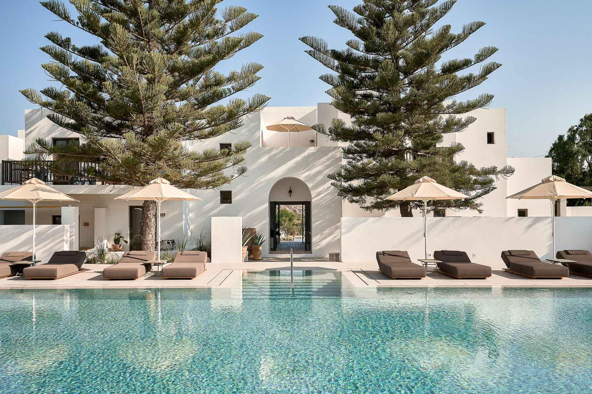 À Paros, troisième plus grande île des Cyclades par la taille, vient d'être inauguré Parilio, un boutique-hôtel de 33 suites aux intérieurs minimalistes léchés. Visite en images de l'adresse membre des Design Hotels, déjà considérée comme l'une des plus stylées de l'archipel grec.