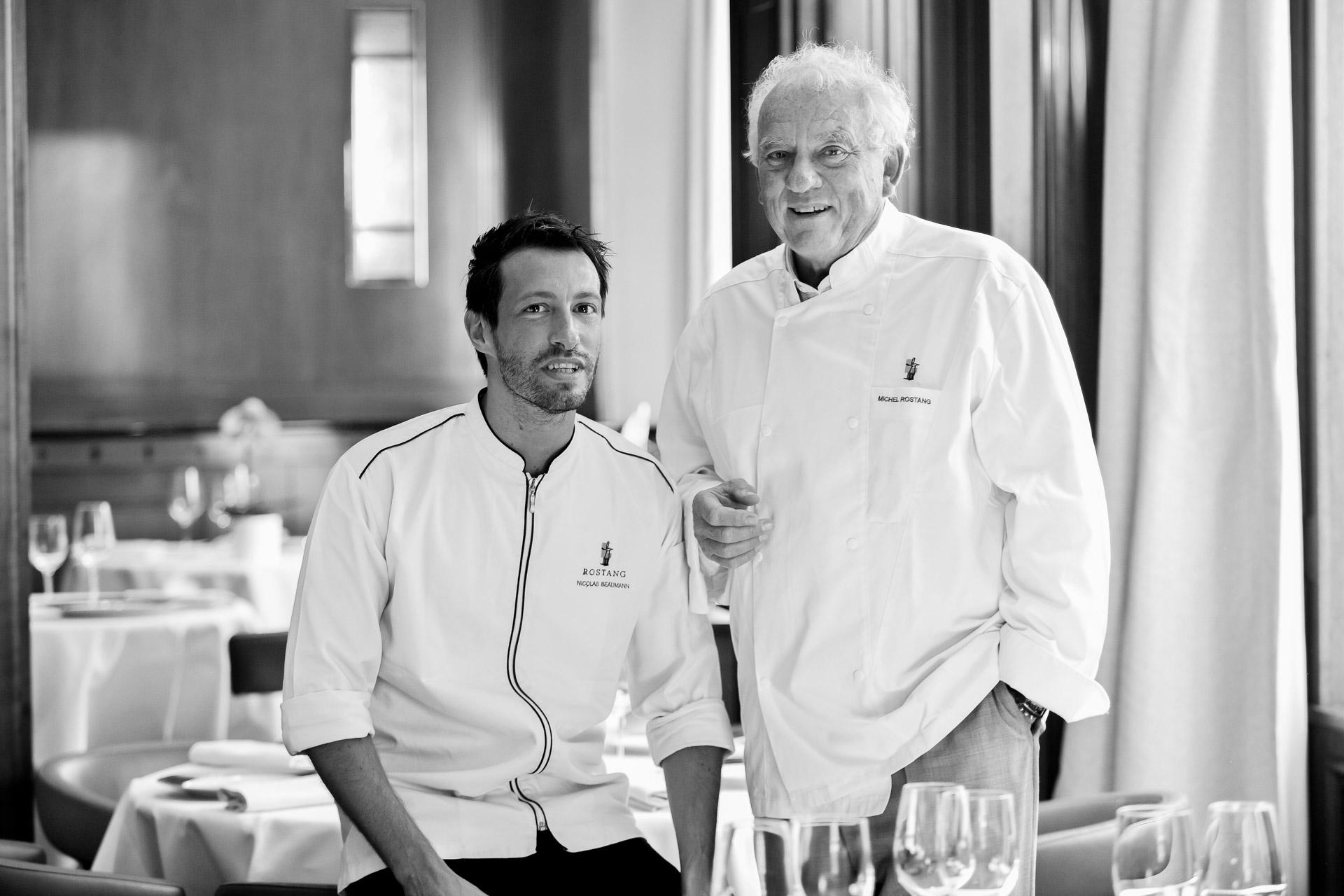Depuis près de quatre décennies, Michel Rostang est l'une des figures emblématiques de la scène gastronomique parisienne. Nous le retrouvons dans son restaurant du 17ème arrondissement aux côtés de son héritier désigné, Nicolas Beaumann.