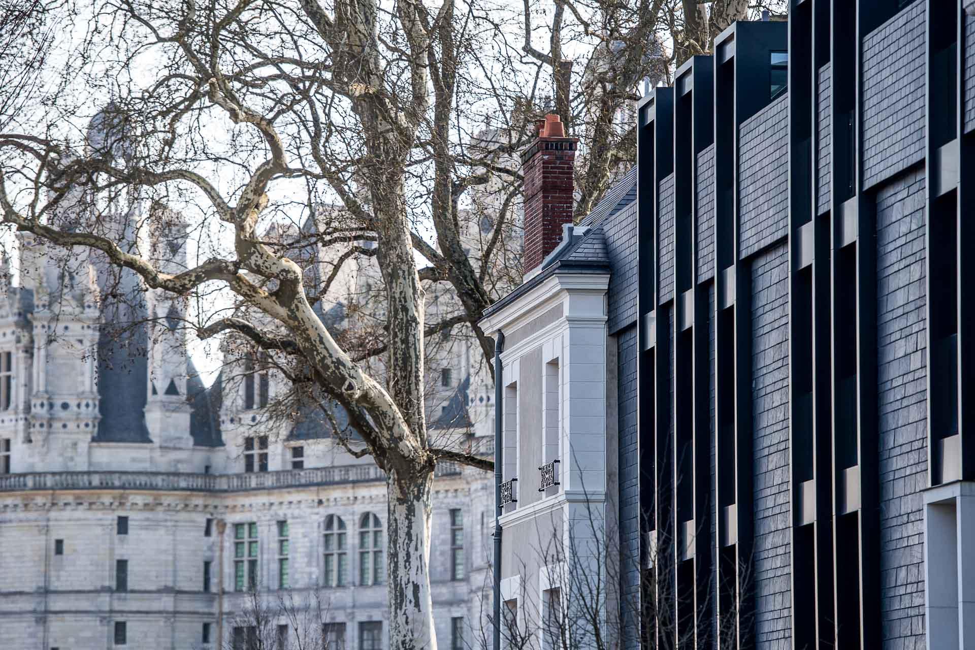 Depuis la mi-mars, l'ancien Hôtel Saint Michel, face au Château de Chambord, a laissé sa place au Relais de Chambord, un hôtel 4-étoiles dont l'architecture est signée Jean-Michel Wilmotte. Visite guidée.