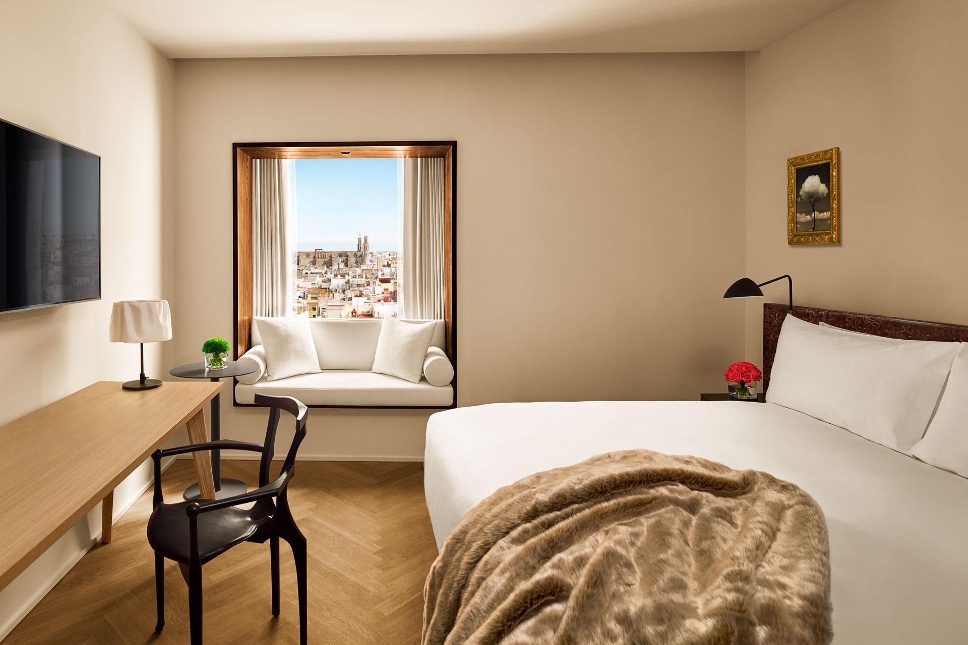 Conjointement développée par le groupe Marriott et l'inventeur du boutique-hôtel Ian Schrager, l'enseigne The EDITION ouvre son troisième établissement européen en plein cœur de Barcelone. Visite d'une nouvelle adresse sophistiquée, intime et branchée.
