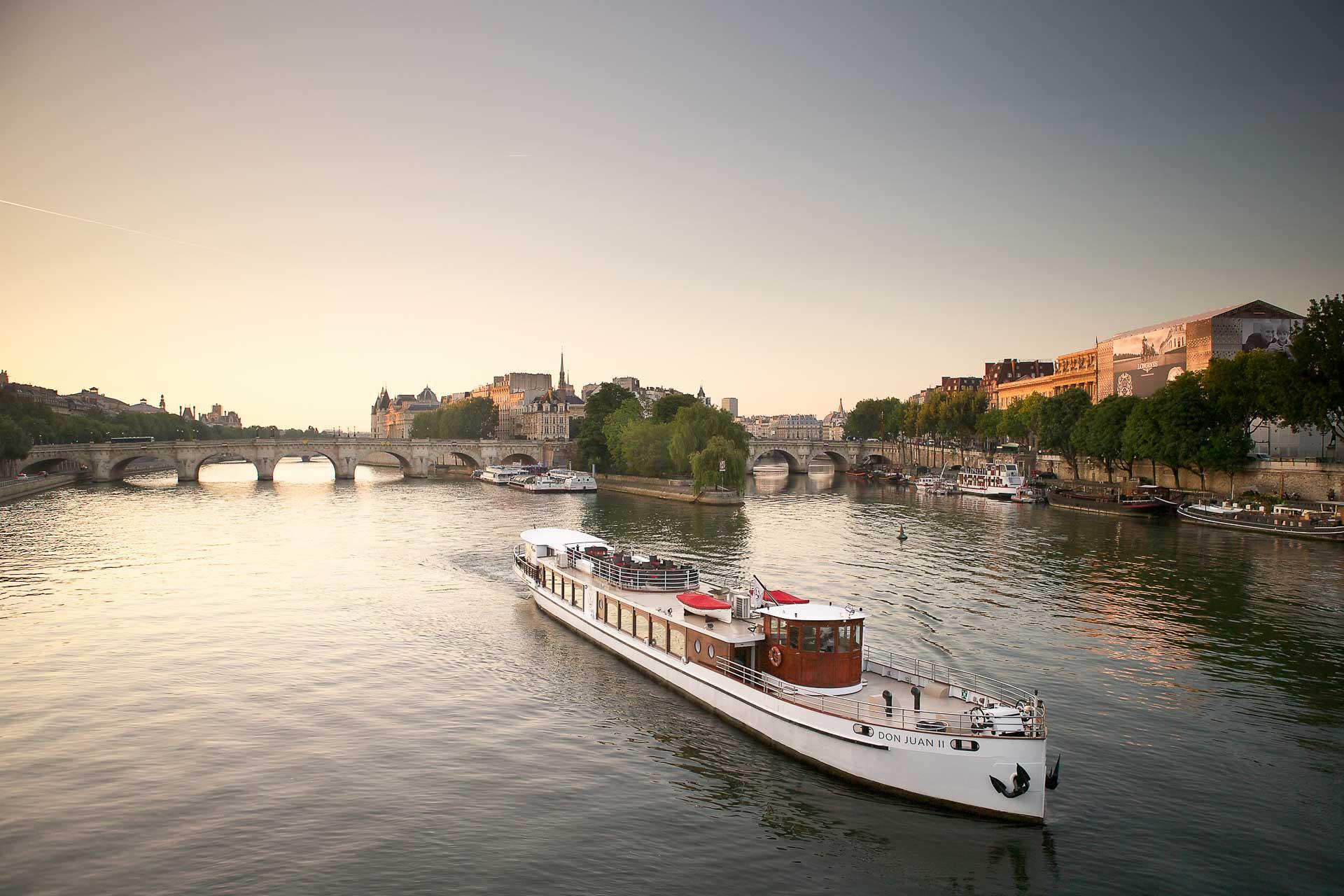 Oubliez les simples Bateaux Mouches ! Rendez-vous est pris sur le port Henri IV pour embarquer à bord du Don Juan II des Yachts de Paris. Ce navire luxueux s'affiche fièrement comme offrant la seule croisière gastronomique sur la Seine. Nous sommes allés vérifier.