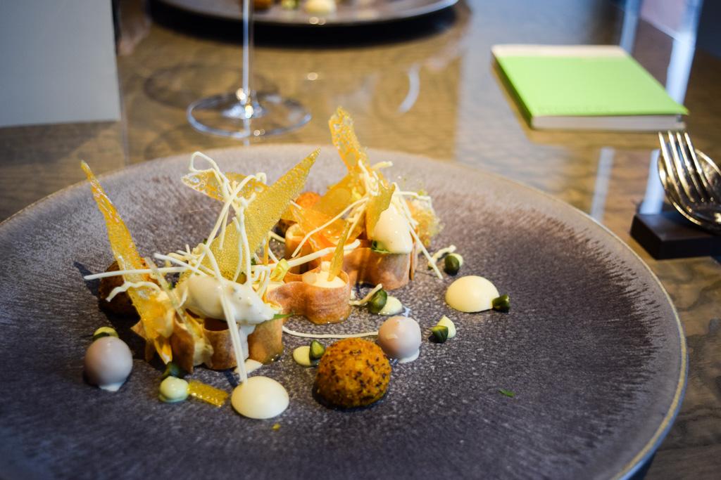 Perché sur le toit de l'iconique MAS, 't Zilte est l'un des fleurons de la gastronomie à Anvers. Le restaurant en deux mots ? Un cadre unique et une cuisine éblouissante imaginée par le très créatif chef Viki Geunes. Récit d'un déjeuner d'exception.