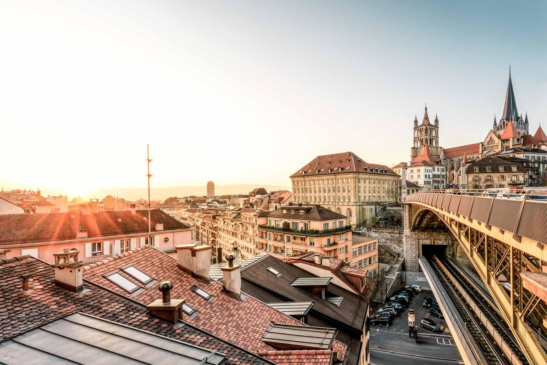 Sur les rives du lac Léman, Lausanne attire par l'étonnante vitalité de son offre culturelle, s'imposant désormais comme une destination incontournable de la scène arty européenne, à seulement 3h40 de Paris en train. Voici nos meilleures adresses pour un weekend dans la — faussement — discrète ville des trois collines.