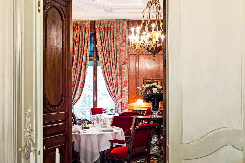Inauguré à l'automne dernier en lisière du Triangle d'Or, Le Clarence réunit le meilleur de tous les mondes : le faste d'un hôtel particulier du XIXème, l'élégance du service des plus grandes maisons, une cave époustouflante et une cuisine d'auteur inspirée. Découverte.