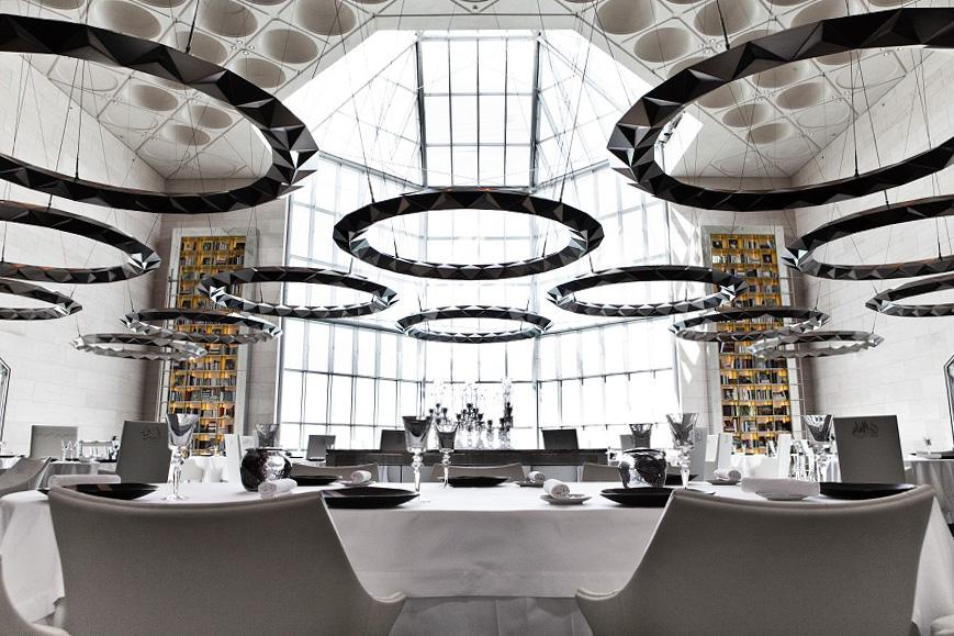 Grandes tables de chefs, restaurants de cuisine orientale, adresses à la mode ou concept bien ficelés, nous avons sélectionné pour vous 15 des meilleurs restaurants de Doha. Bon appétit !