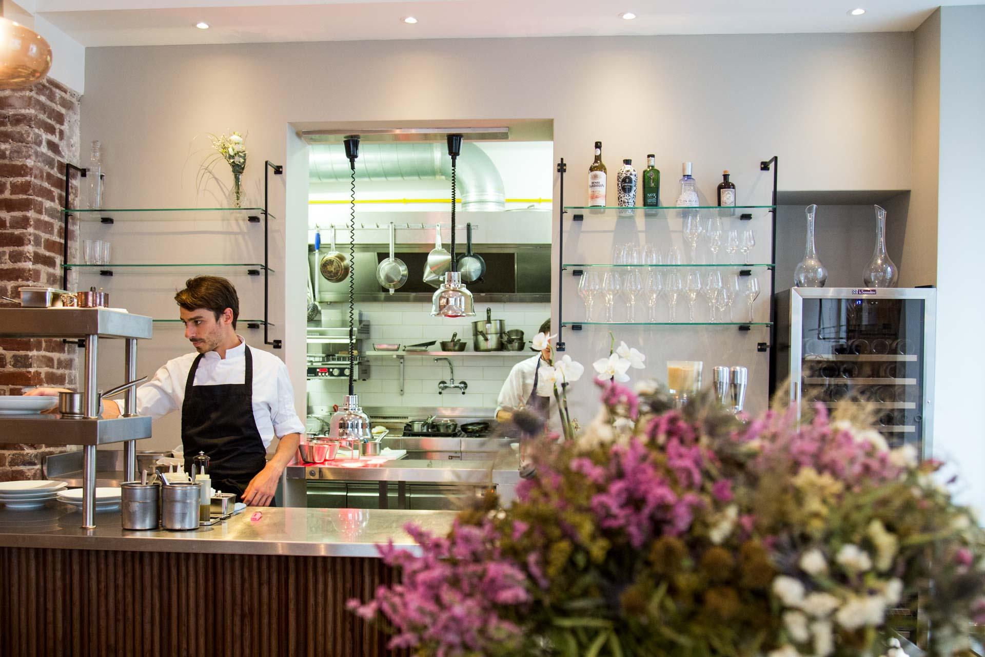 En pleine torpeur estivale, le chef Adrien Ferrand (ex Ze Kitchen Galerie et KGB) ouvrait Eels (l'anguille en VF), son premier restaurant au cœur d'un 10ème arrondissement, devenu épicentre de la nouvelle scène food parisienne. Une adresse réussie à tout point de vue.