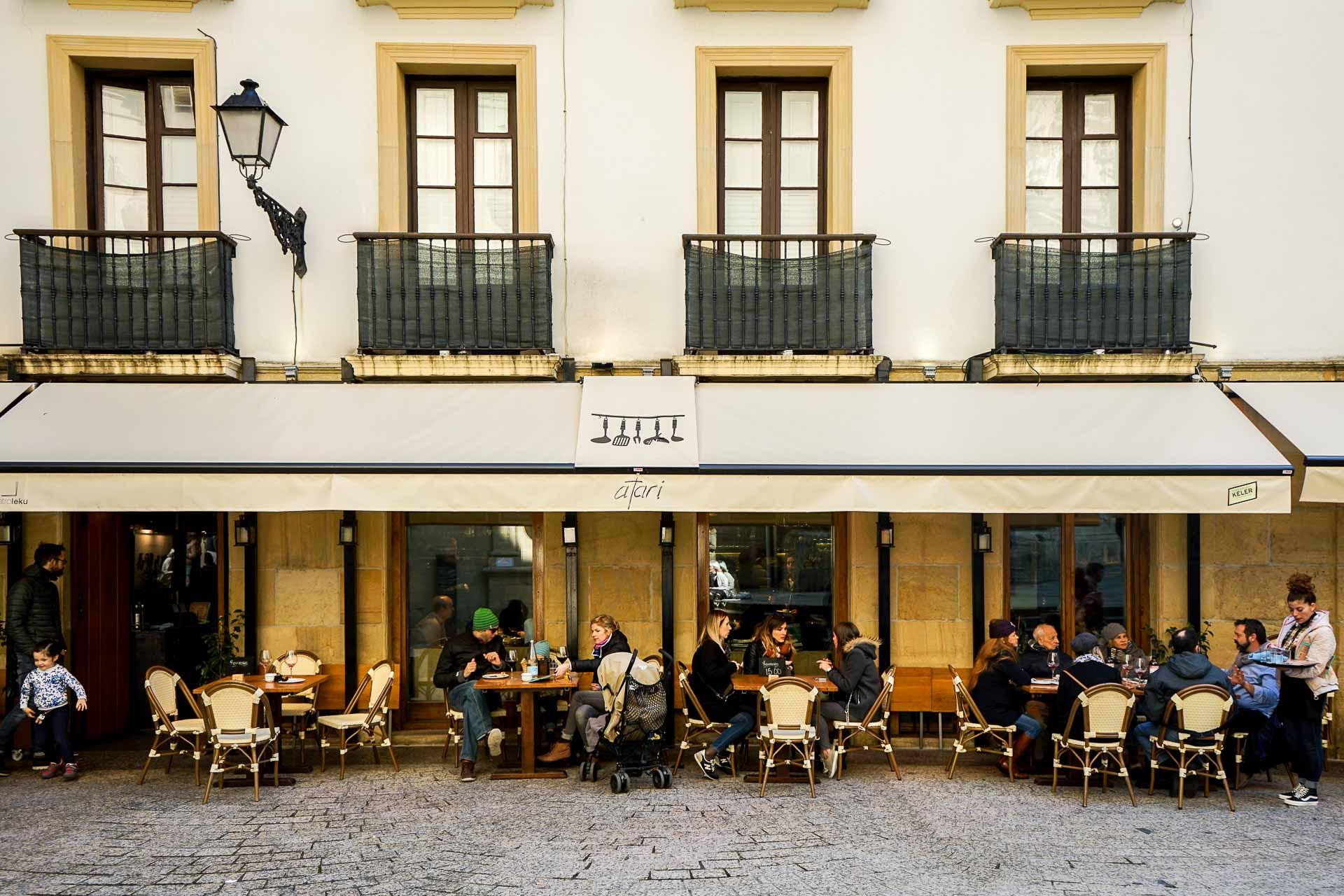 Les pintxos sont au Pays basque ce que les tapas sont à l'Espagne. Dans le centre historique de San Sebastián, on les trouve à tous les coins de rue. À l'occasion de notre récent passage dans la métropole basque, on a sélectionné pour vous les meilleurs bars à pintxos de la ville.