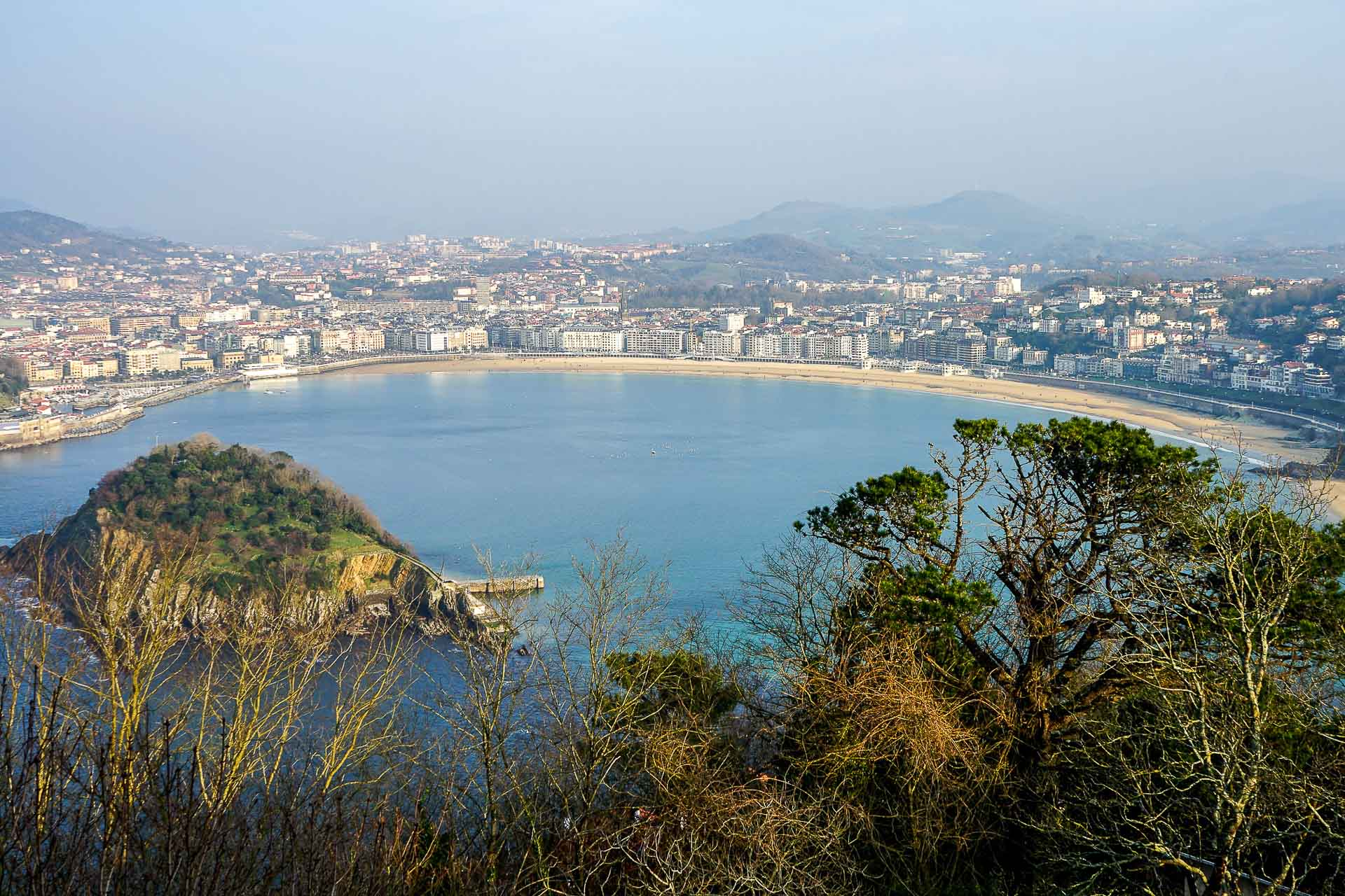 L'une des plus belles baies du monde, des plages spectaculaires, les meilleurs bars à pintxos (tapas) du pays, des restaurants mythiques ou une vie culturelle intense, San Sebastián, perle de la côte basque, s'impose sans peine comme l'une des destinations les plus attractives d'Espagne. Découverte