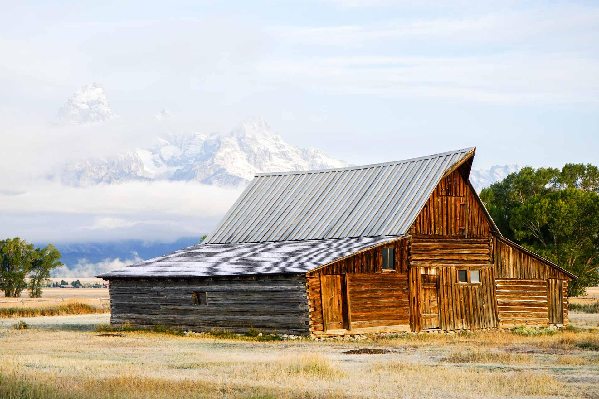 Nettement moins célèbre que son voisin Yellowstone, le Parc national de Grand Teton (Grand Teton National Park en VO) n'en reste pas moins l'un des plus beaux de l'Ouest américain et l'un des 10 plus visités du pays. Plongée au cœur d'un parc à la nature spectaculaire.