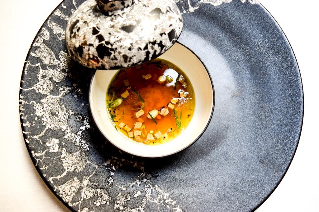 Depuis septembre 2015, Sylvestre Wahid a repris la succession de Jean-François Piège à l'Hôtel Thoumieux. Pari réussi pour l'ancien chef de l'Oustau de Baumanière qui impose tranquillement son style raffiné et sa vision de la cuisine, conjuguant avec bonheur simplicité et sophistication.