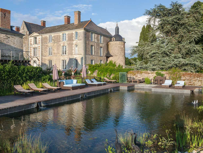 Dormir dans un château est le rêve de nombre d'entre nous, attirés par le faste et l'histoire de ces monuments vieux de plusieurs siècles. Du Val de Loire à la Provence en passant par la Normandie, retrouvez nos hôtels préférés pour dormir dans un château.