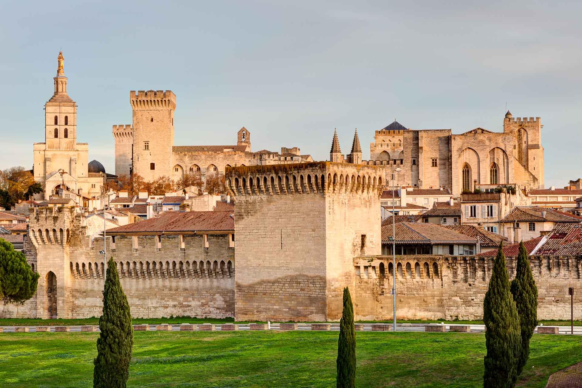 Quelles sont les meilleures adresses d'Avignon ? Capitale du théâtre en été, Avignon attire pour la richesse de son histoire, mais aussi pour sa gastronomie de haut vol et la beauté des paysages de Provence. Tour d'horizon des bonnes adresses pour un long week-end dans la cité des papes !