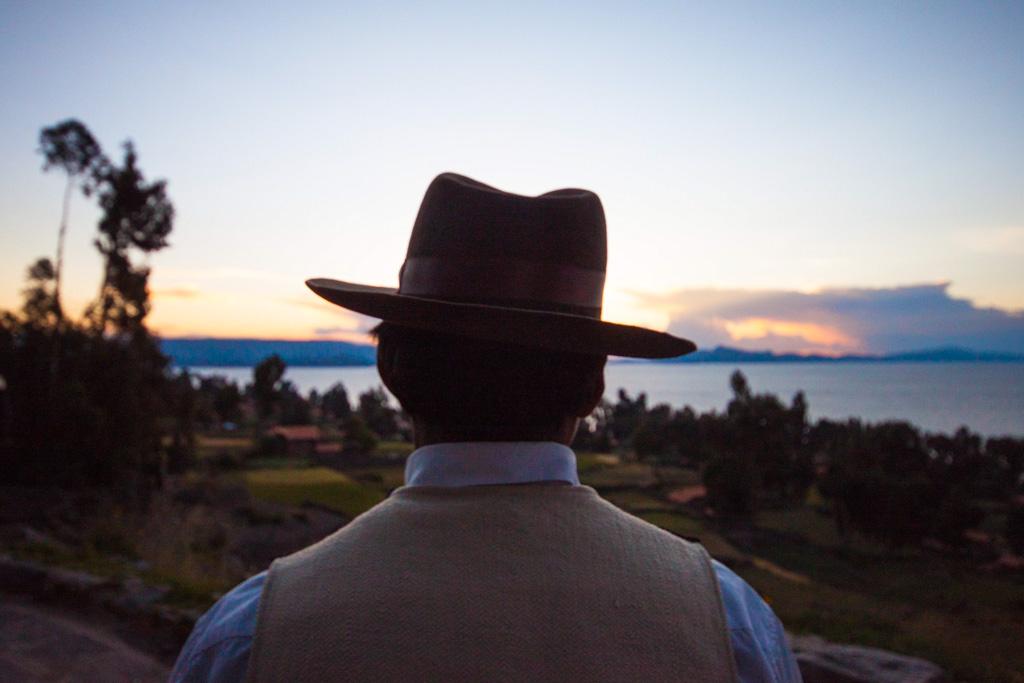 La visite du Lac Titicaca se fait souvent en coup de vent, par des touristes trop pressés de rejoindre la Bolivie ou d'aller explorer le Macchu Picchu. Au contraire, Cédric Aubert nous raconte sa rencontre pleine d'émotion des habitants de la méconnue île d'Amantani. Une expérience garantie 100% authentique.