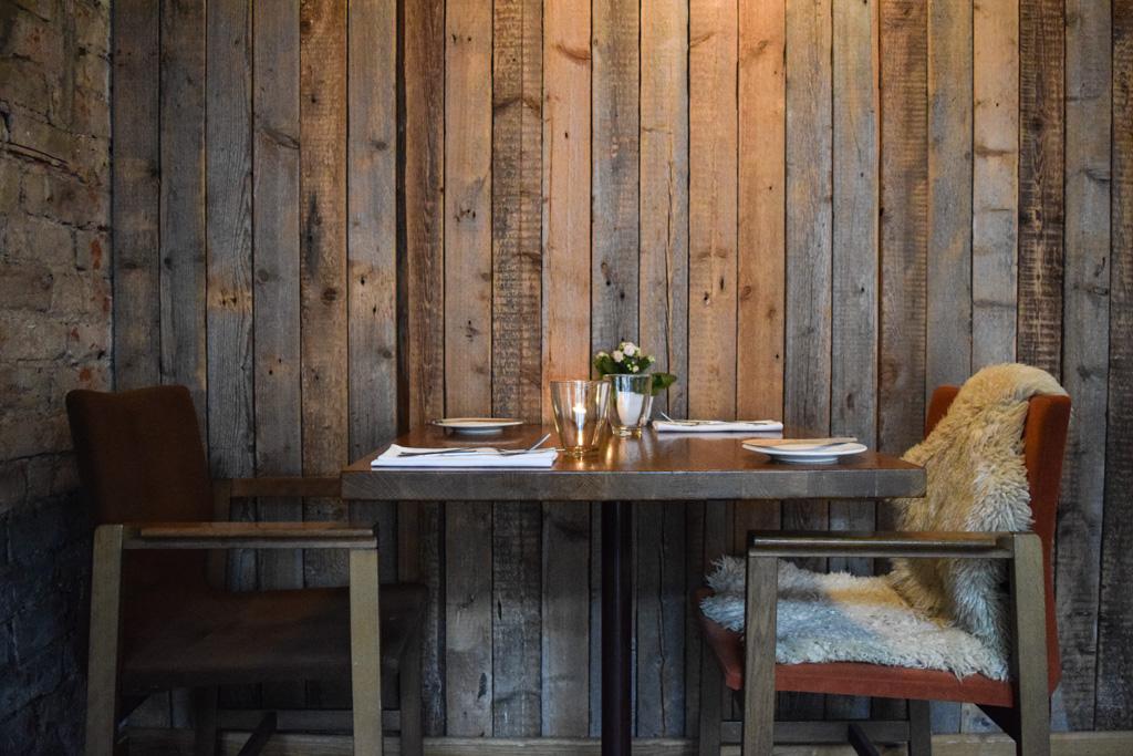 Qui aurait cru, il y a encore quelques années, que l'on pourrait consacrer un article à l'émergence de la scène gastronomique estonienne ? Certainement pas nous. Et pourtant, Tallinn séduit par la qualité de ses tables, gourmandes et authentiques.