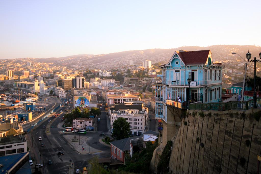 A 90 minutes de Santiago, Valparaiso - Valpo pour ceux qui y vivent, - est  tour à tour brouillonne, effervescente et pleine de vie. Collines de tôles, rues tortueuses, escaliers colorés, street art, la ville offre un rendez-vous artistique inoubliable.