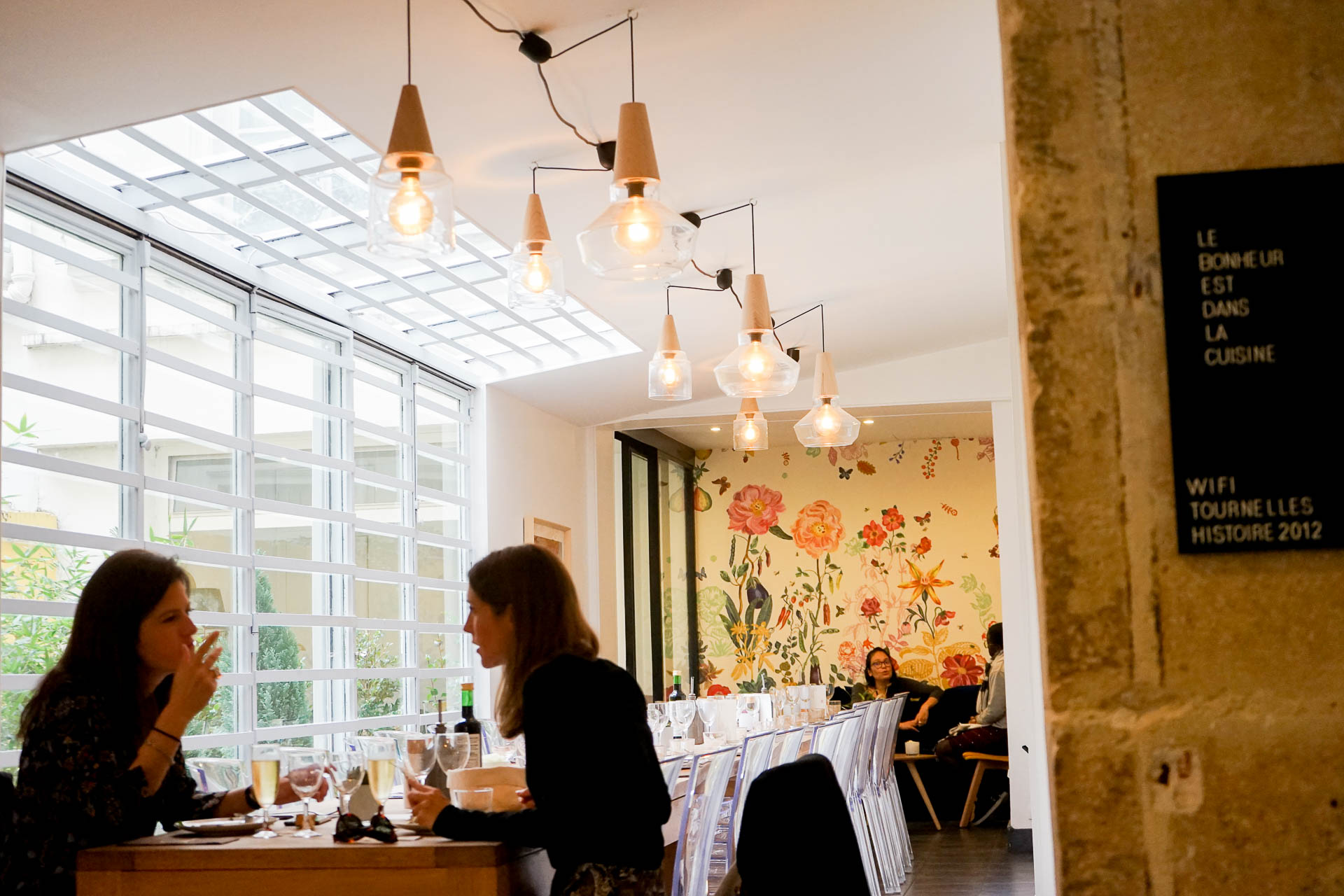 Restaurant éphémère et premier incubateur de chefs à Paris, imaginé à partir du concept de « shared kitchen », For the Love of Food a ouvert ses portes fin septembre dans le Marais. Rencontre passionnante avec Todd Hartwell, co-fondateur du projet et le casting 100% féminin de la première résidence à l'occasion d'un déjeuner sur place.